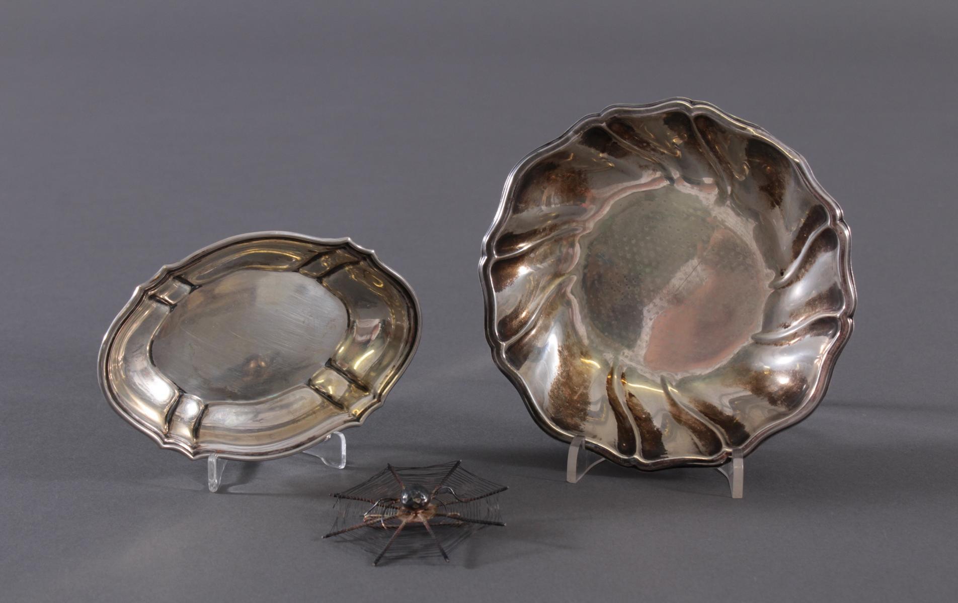 2 Silberschalen und 1 Brosche
