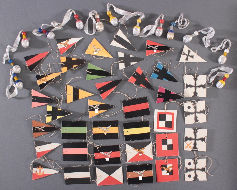 Sammlung WHW Abzeichen, Fahnen und Portepee aus Pappe und Stoff, ca. 51 Stück