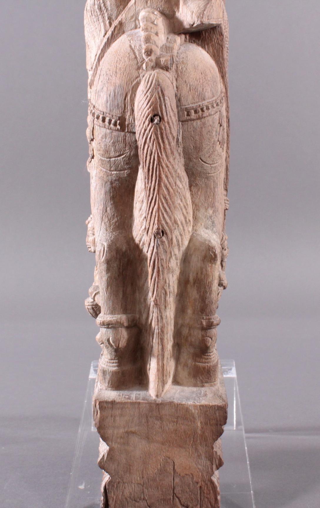 Holzplastik eines Reiters auf einem Pferd, Indien wohl Orissa 15./16. Jh.-12
