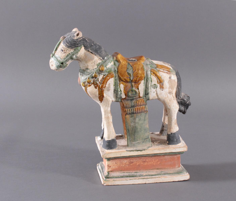 China Modell eines MING Pferdes auf Podest im Sancai Stil