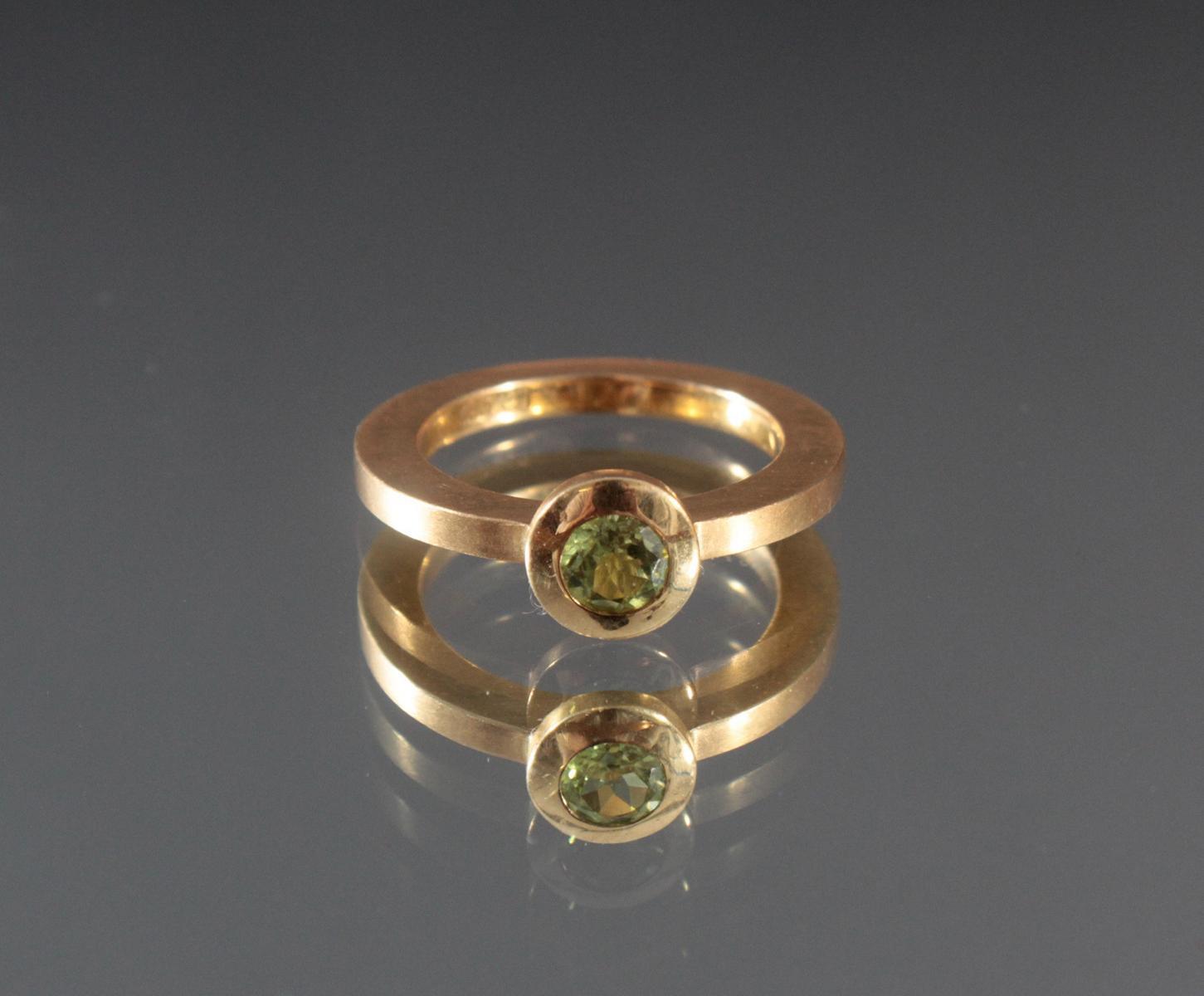 Damenring mit Peridot im Diamantschliff. 18 Karat Gelbgold