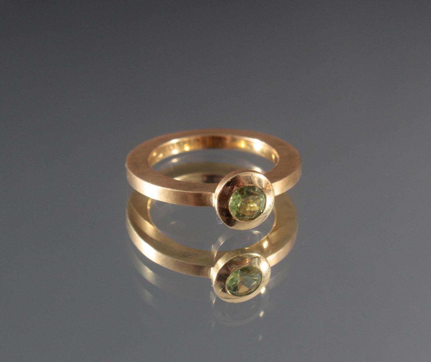 Damenring mit Peridot im Diamantschliff. 18 Karat Gelbgold-2