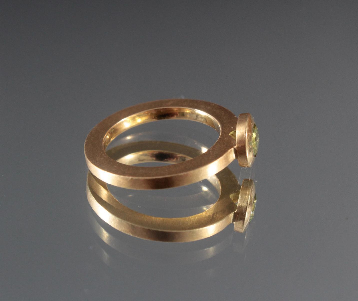 Damenring mit Peridot im Diamantschliff. 18 Karat Gelbgold-3