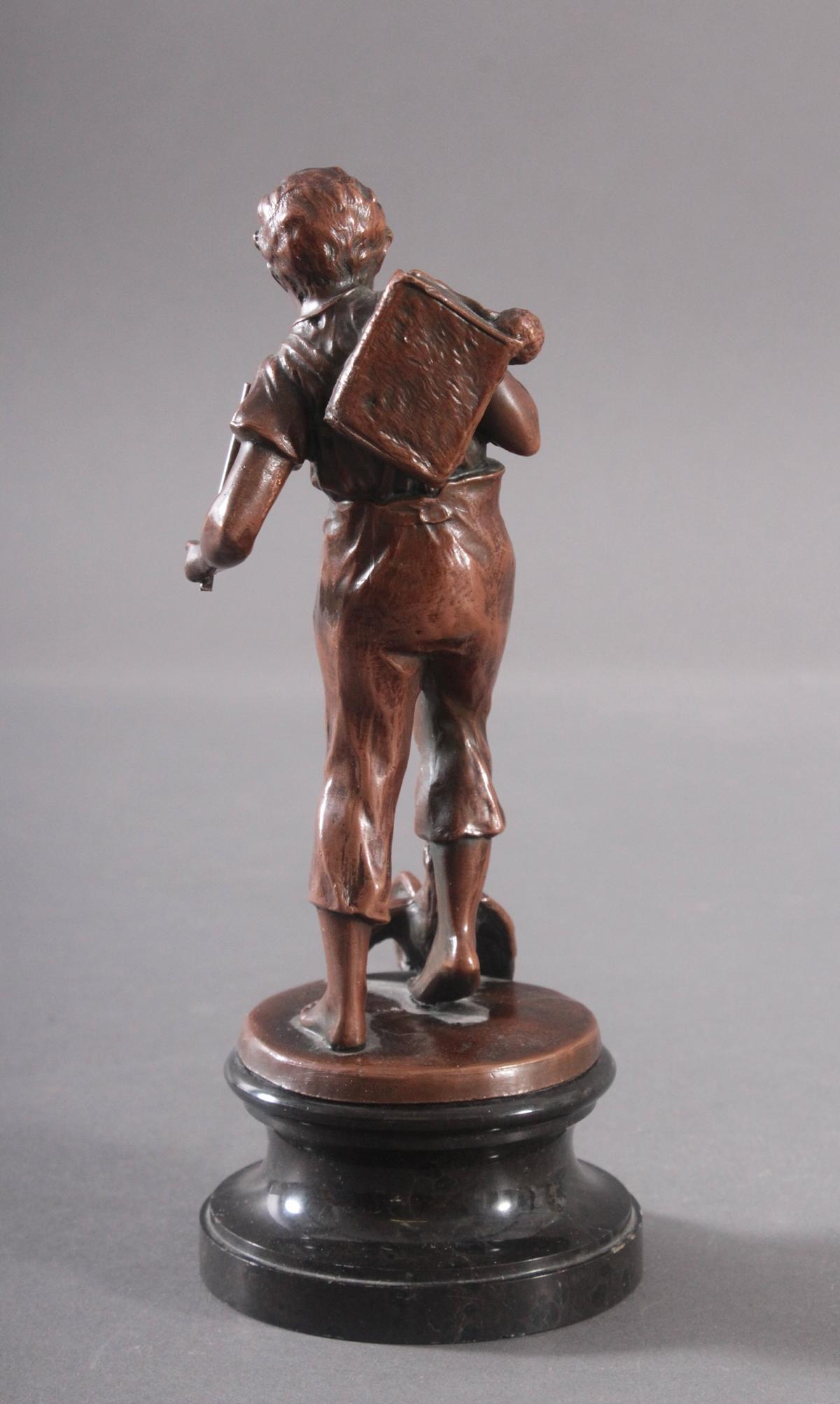 Kupfer-Skulptur Jüngling mit Hahn und Stock-2