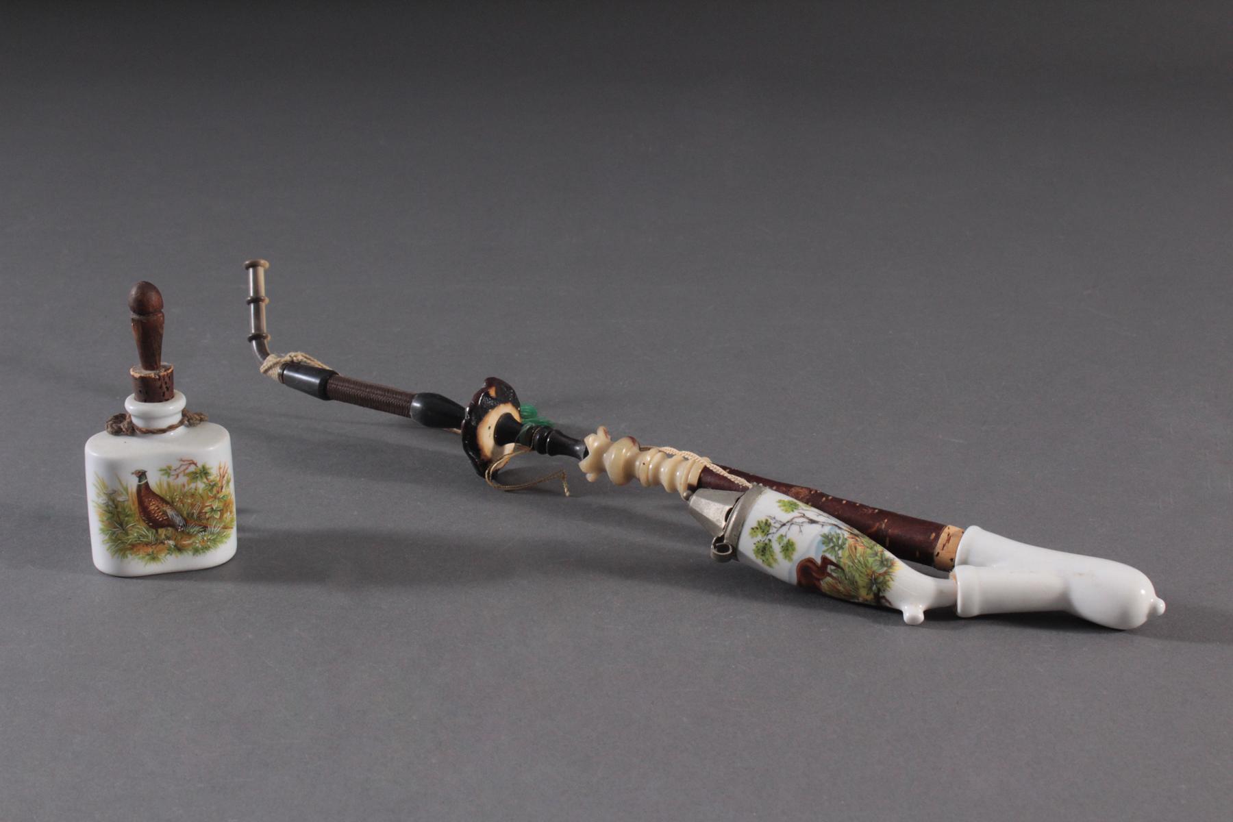 Steckpfeife und kleine Jagdflasche