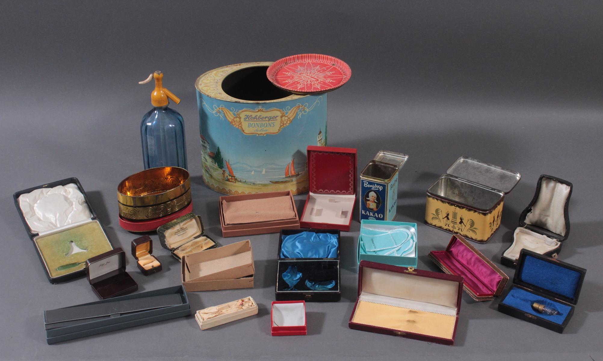 Konvolut Blechdosen, Sodaflasche und Schachteln