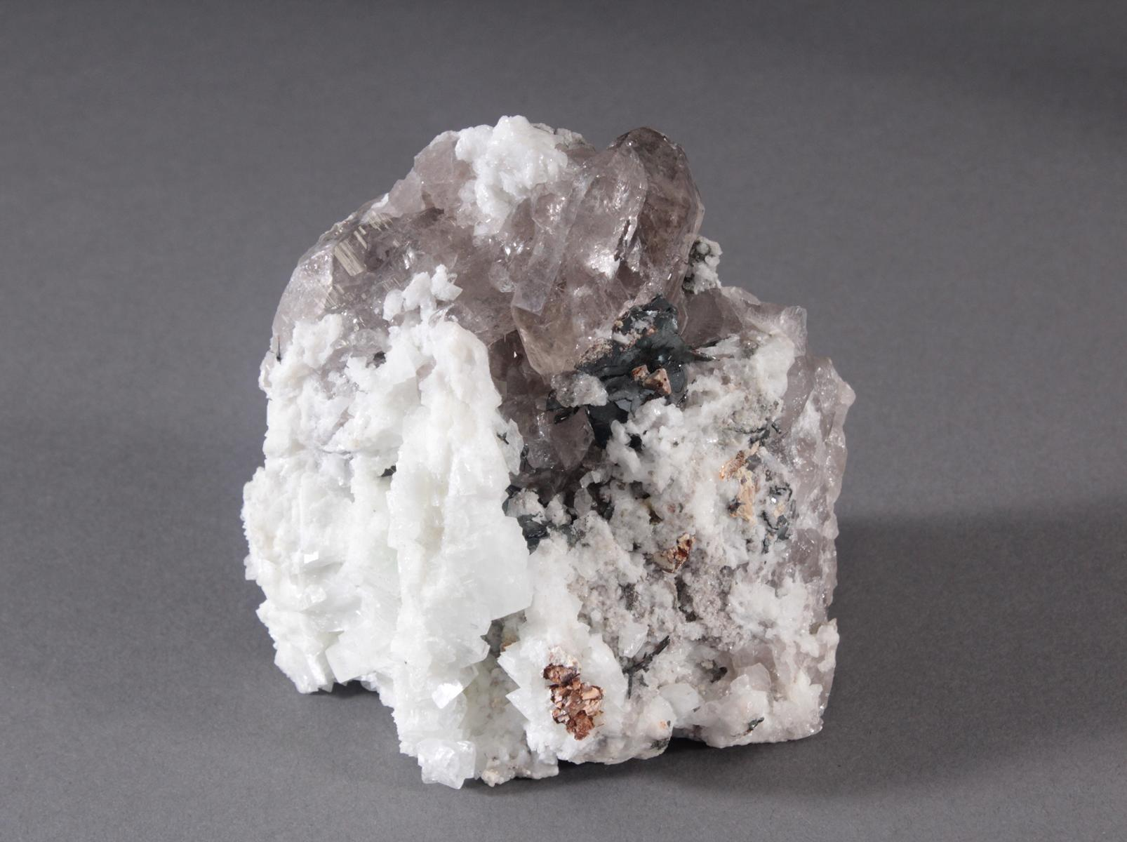 Rauchquarz-Faden-Ketten-Adular-Hämatit-Rutil-Siderit