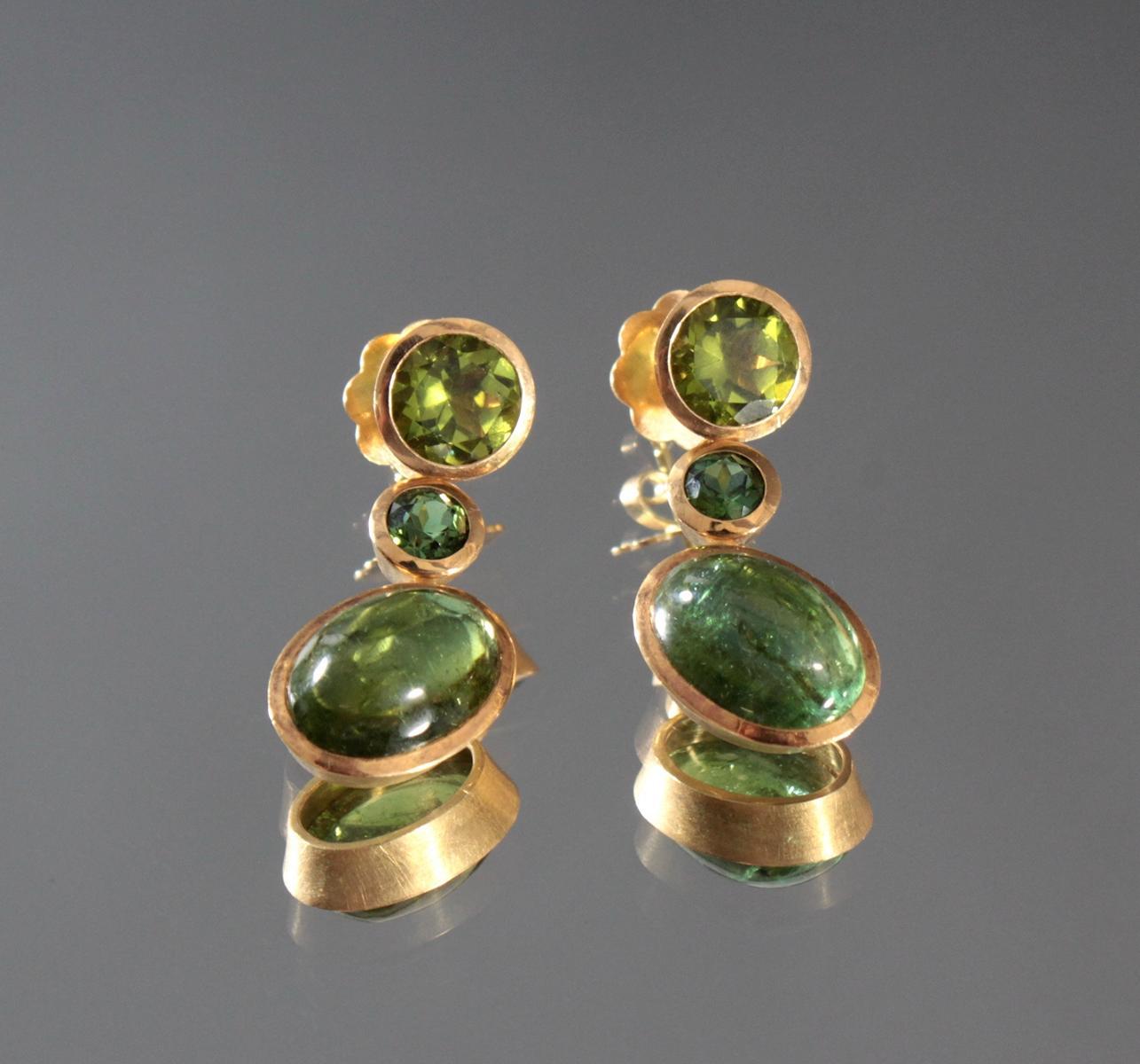 Paar Ohrgehänge mit Turmalin und Peridot, 18 Karat Gelbgold