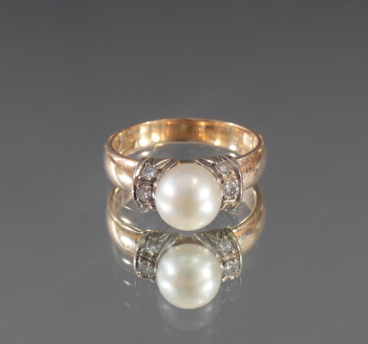 Damenring mit Perle und Diamanten aus 14 Karat Gelbgold