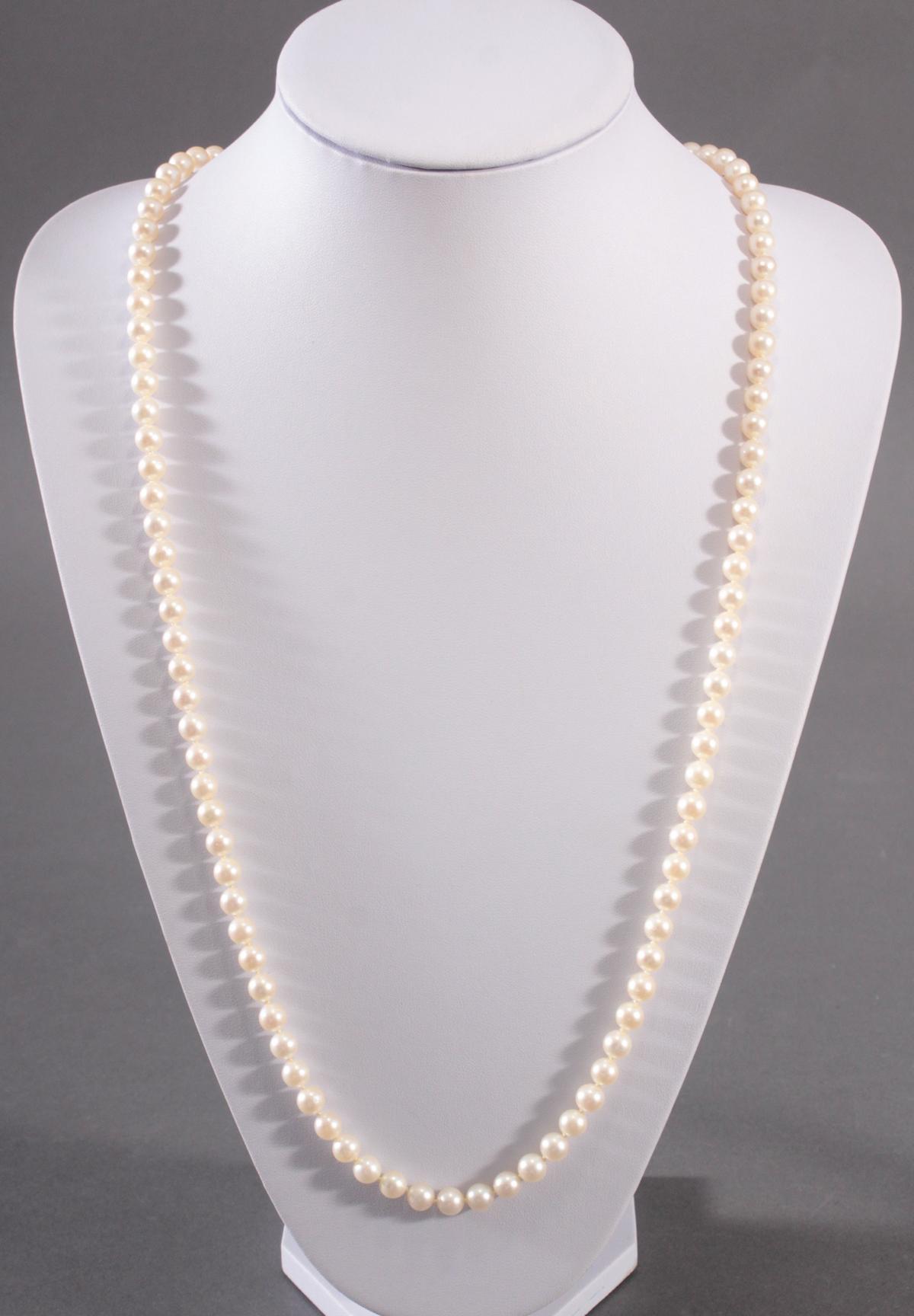 Perlenkollier mit Weißgoldschließe, Smaragden und Diamanten