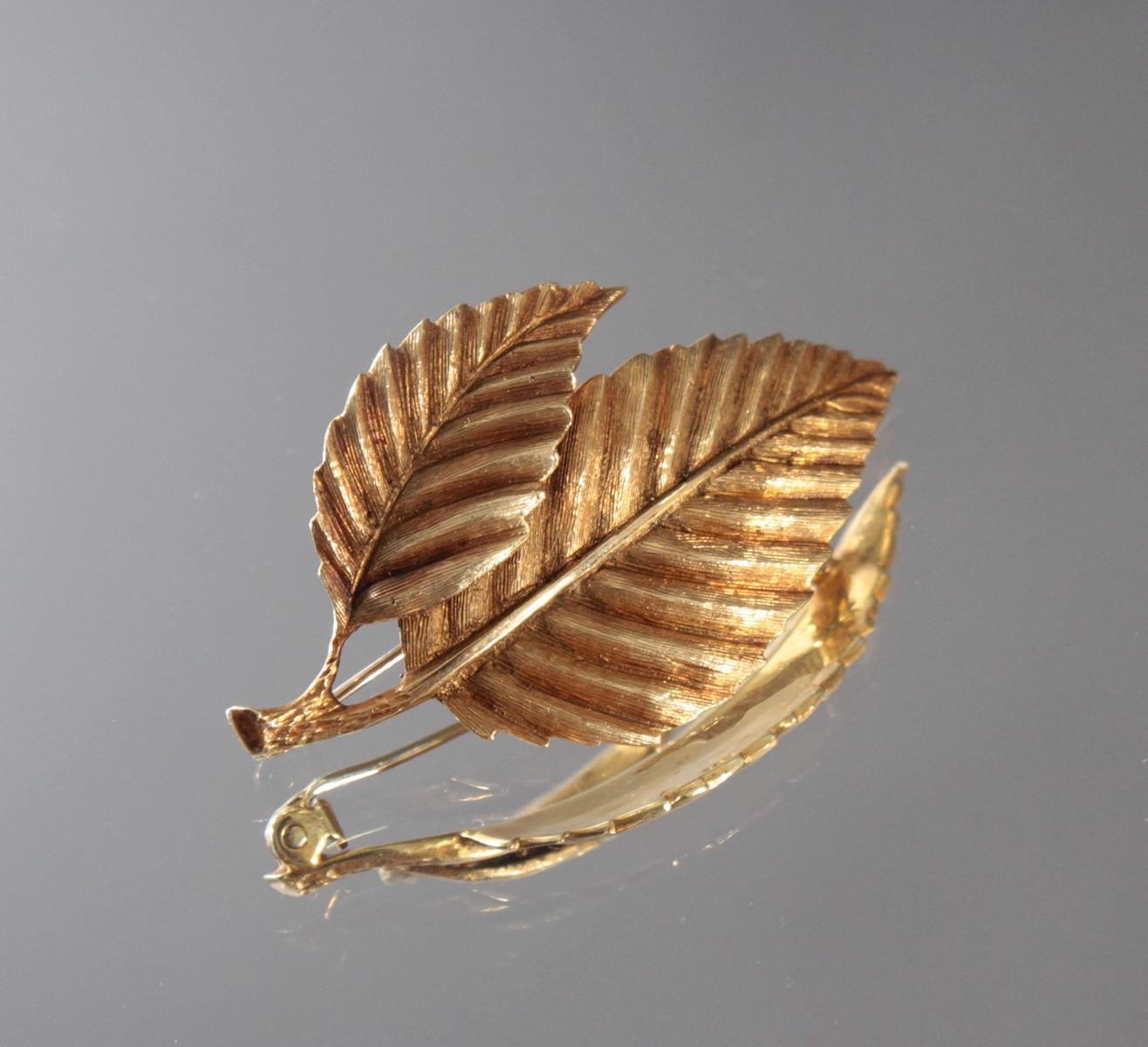 Brosche in Blattform aus 14 Karat Gelbgold
