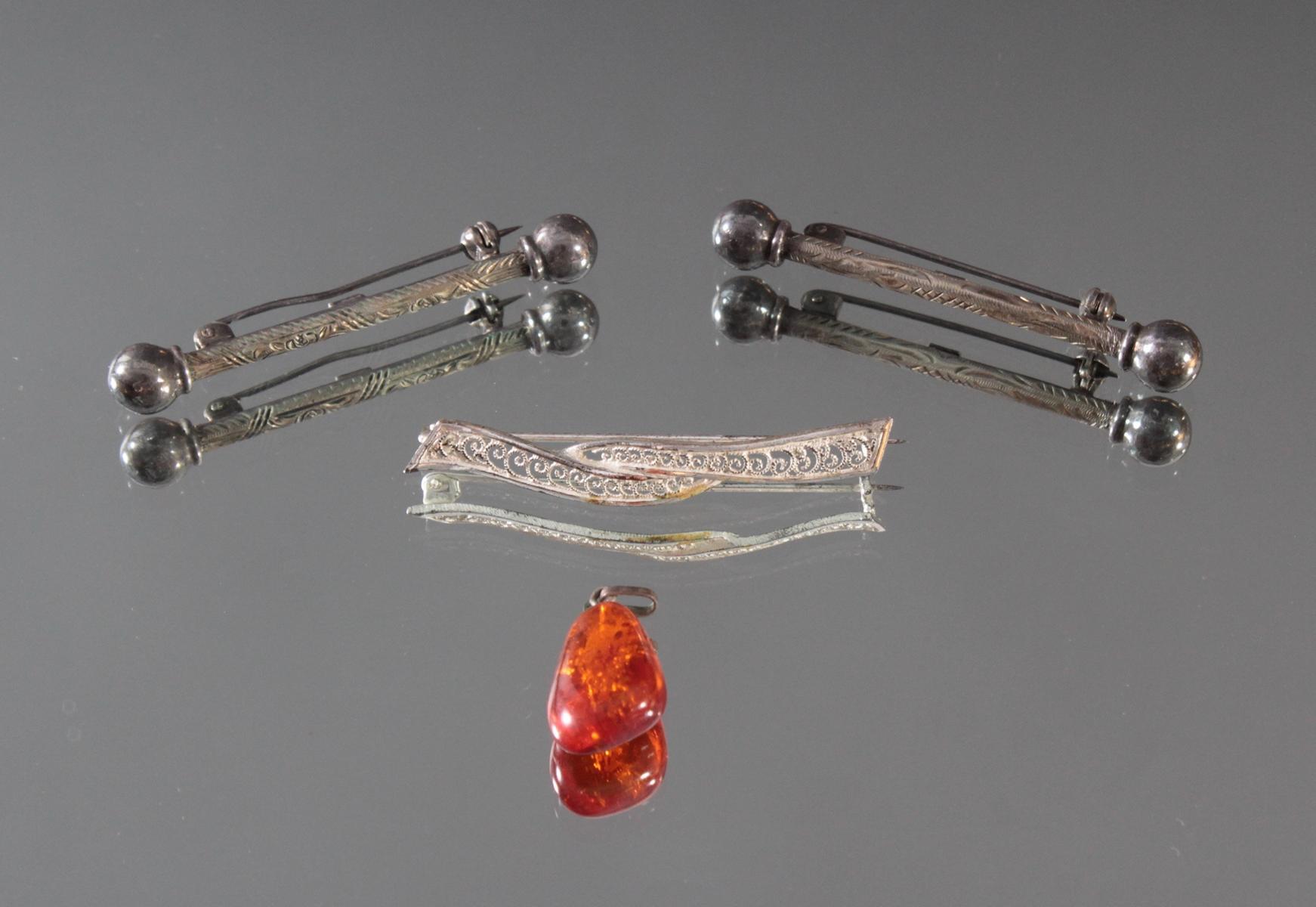 3 Silberbroschen und Bernsteinanhänger
