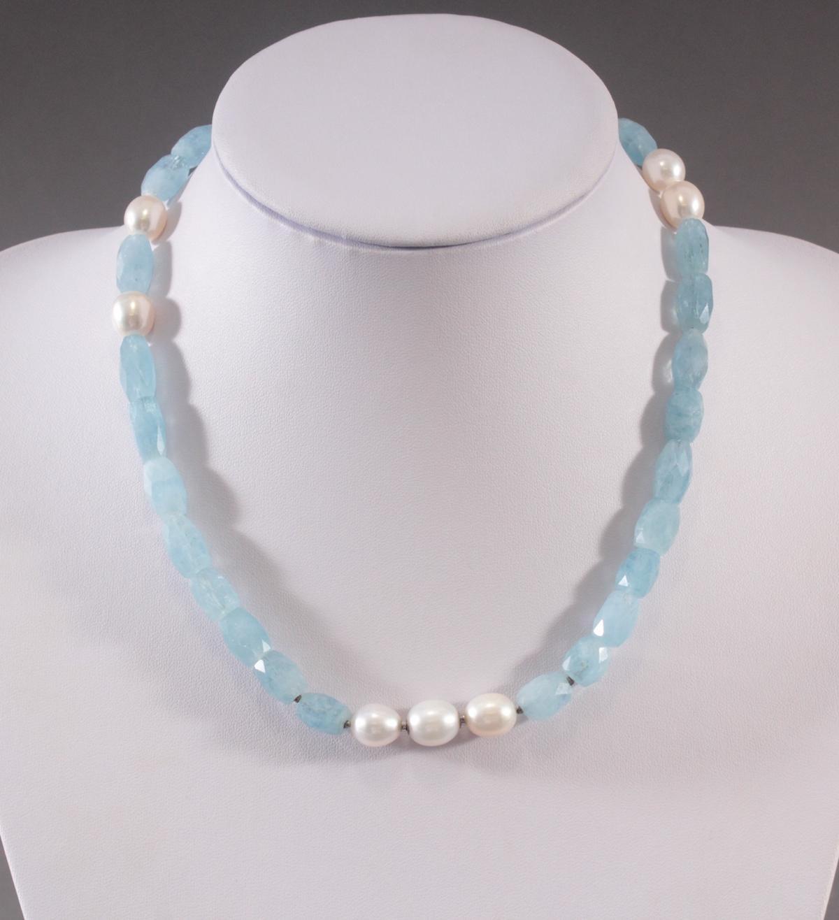 Halskette aus Aquamarinen und Perlen