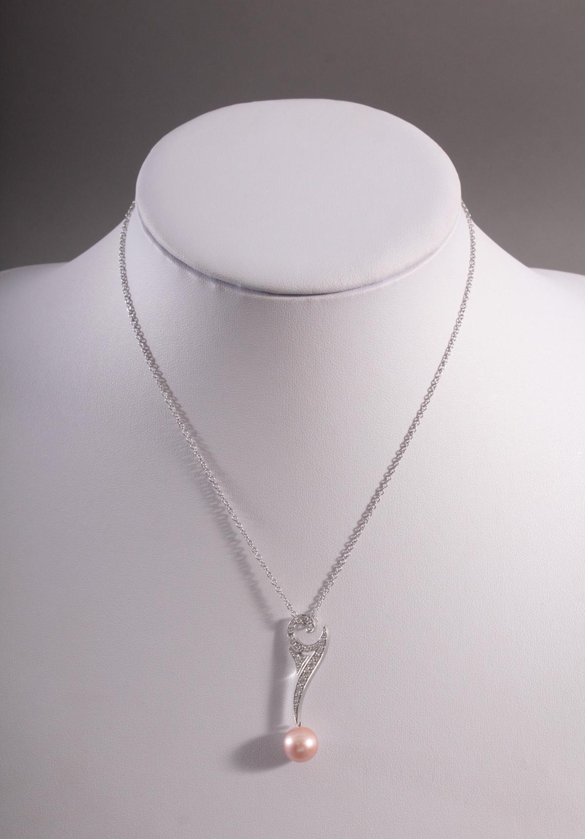 Halskette mit Anhänger, Diamanten und rosafarbener Perle aus 18 Karat Weißgold, Schoeffel
