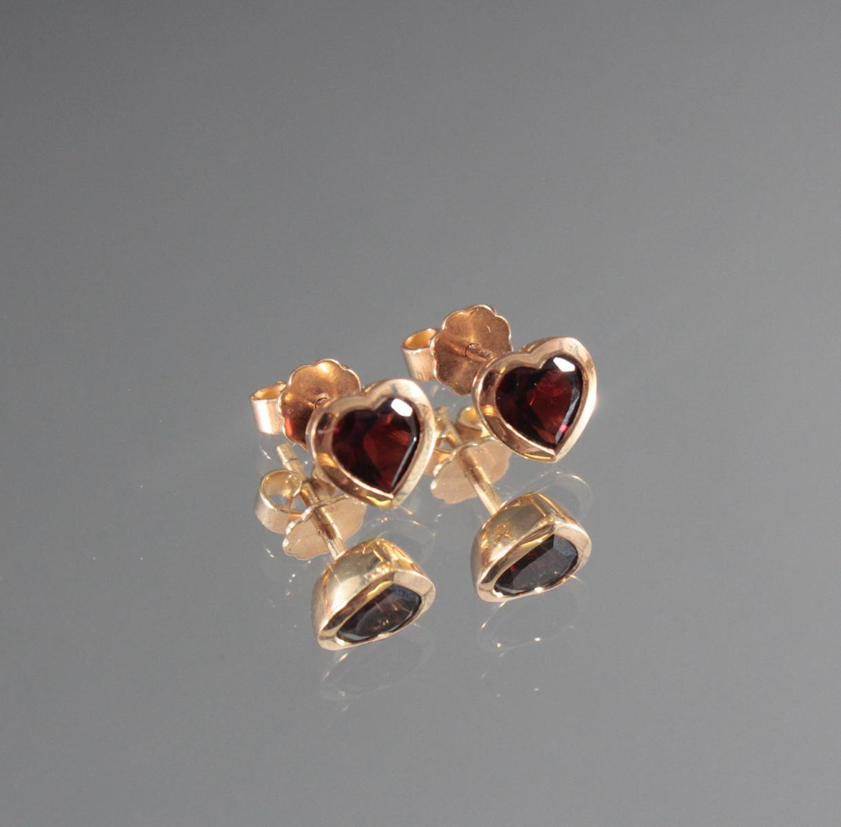 Paar Ohrringe mit facettierten Rhodoliten in Herzform aus 18 Karat Gelbgold