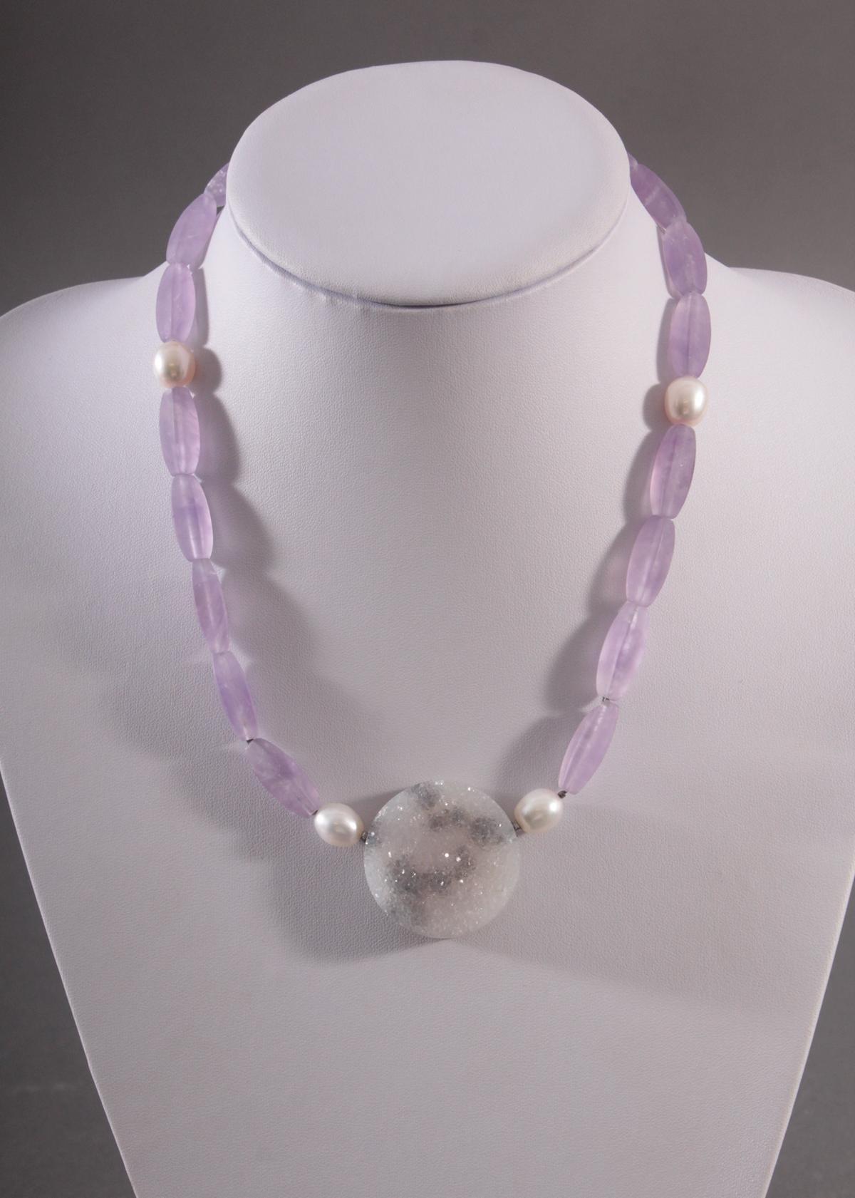 Halskette aus Amethyst, Kristallquarz und Perlen