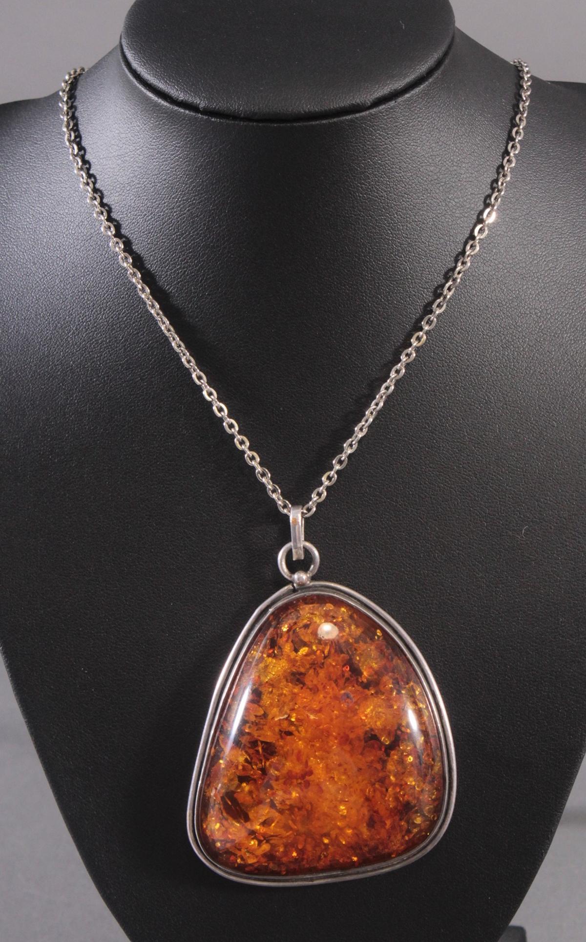 Silberne Halskette mit großem Bernsteinanhänger