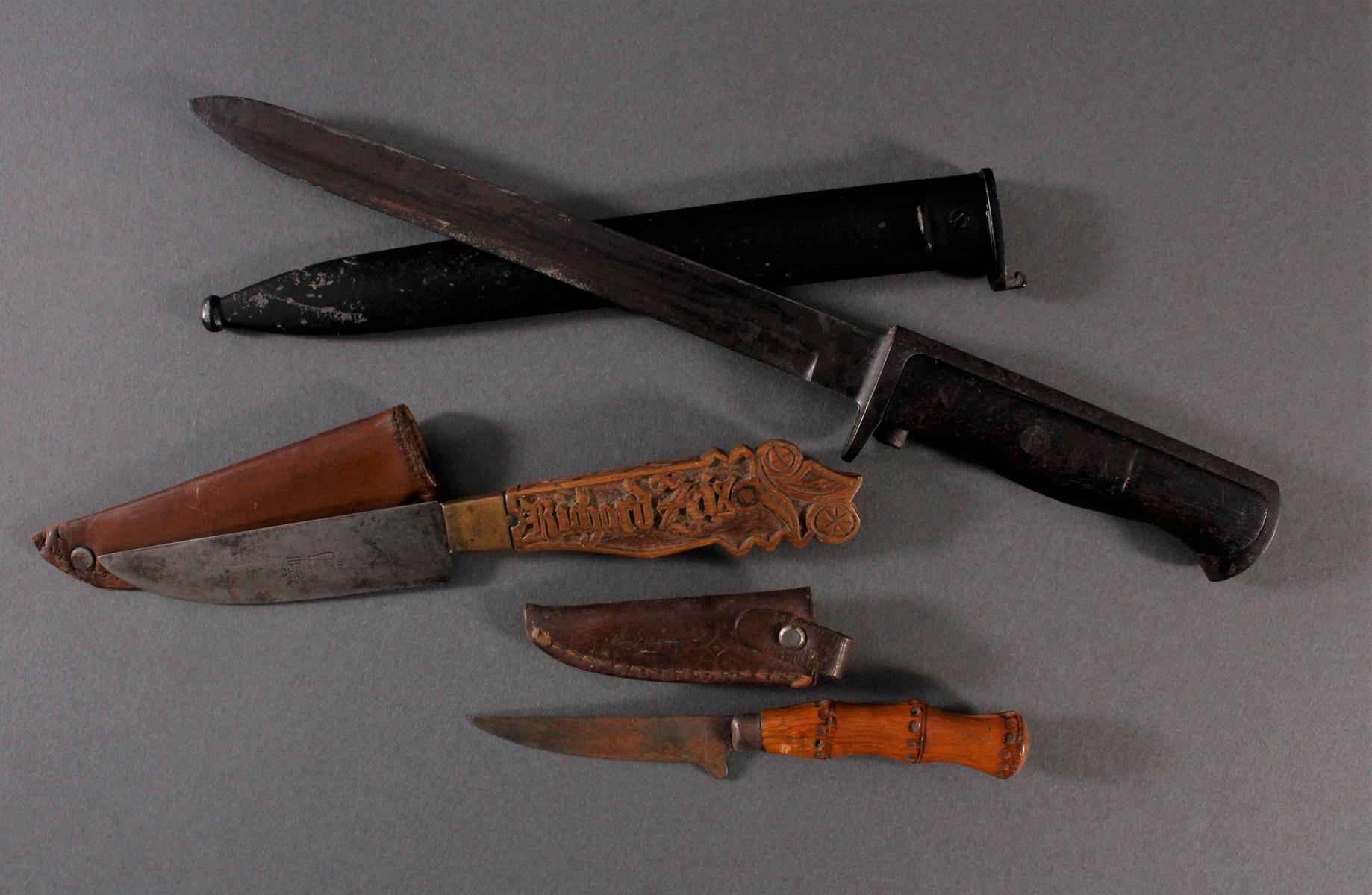Zwei Messer und ein Seitengewehr
