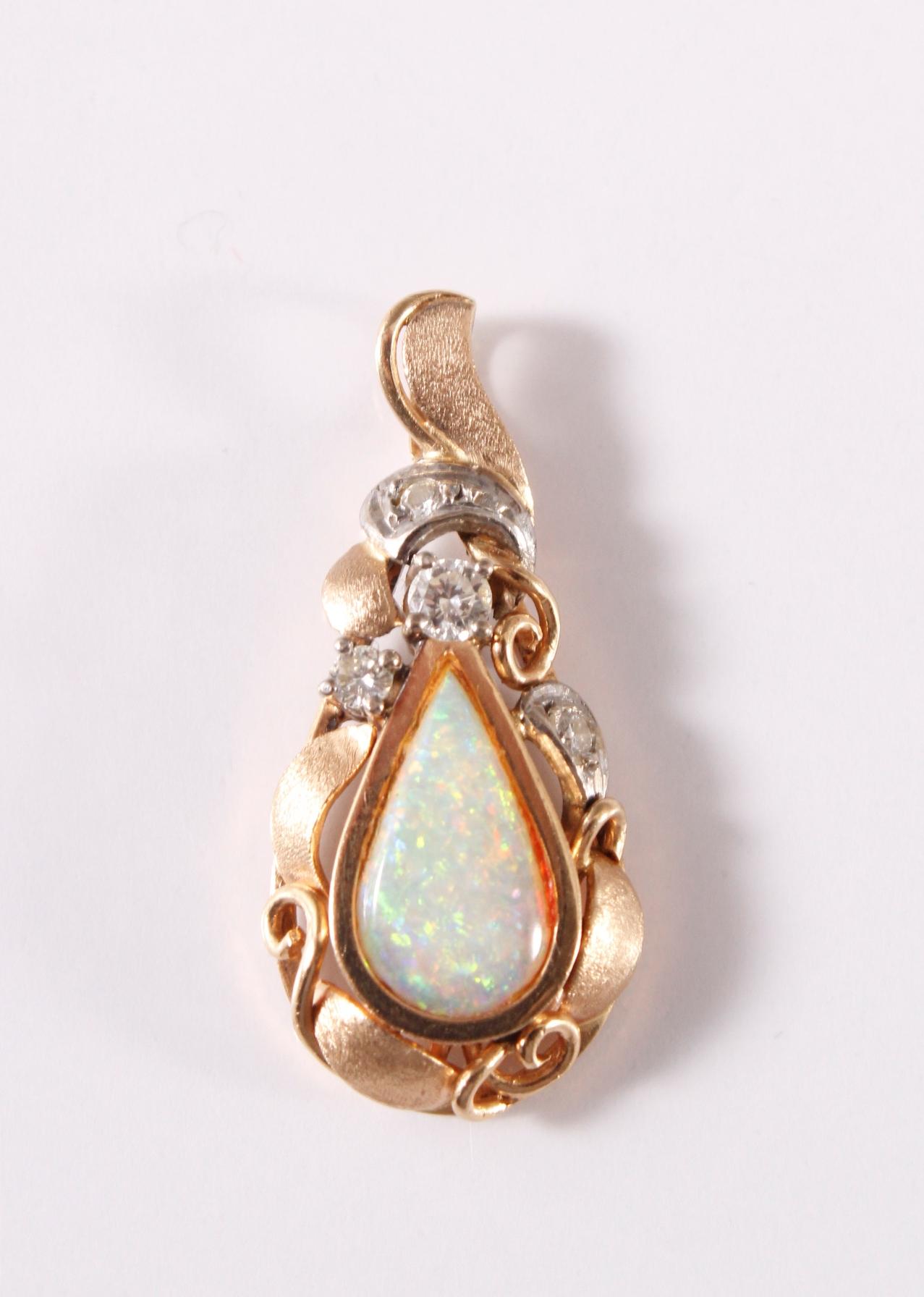 14 Karat Gelbgold Anhänger mit Opal und 4 Diamanten