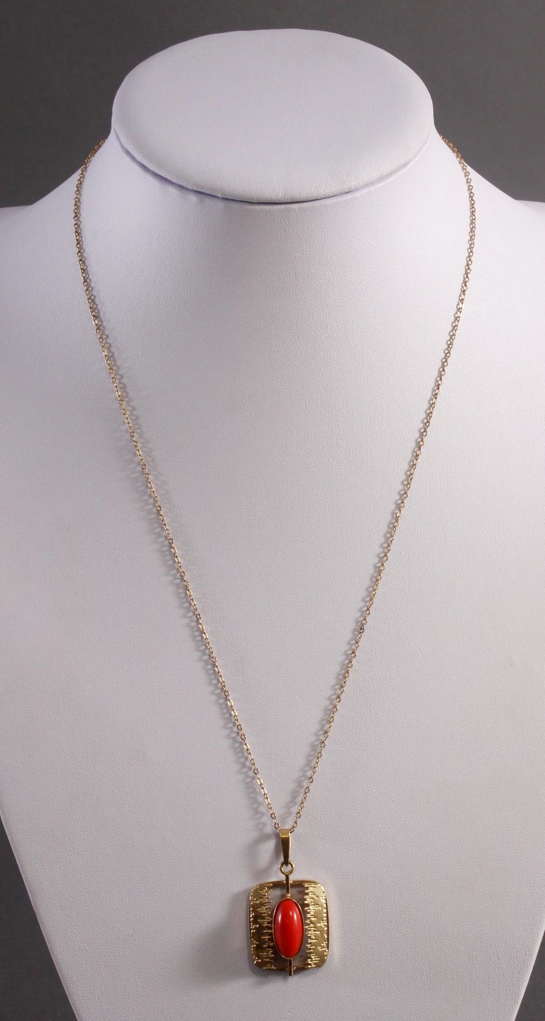 Halskette mit Anhänger und rotem Korallencabochon, 8 Karat Gelbgold