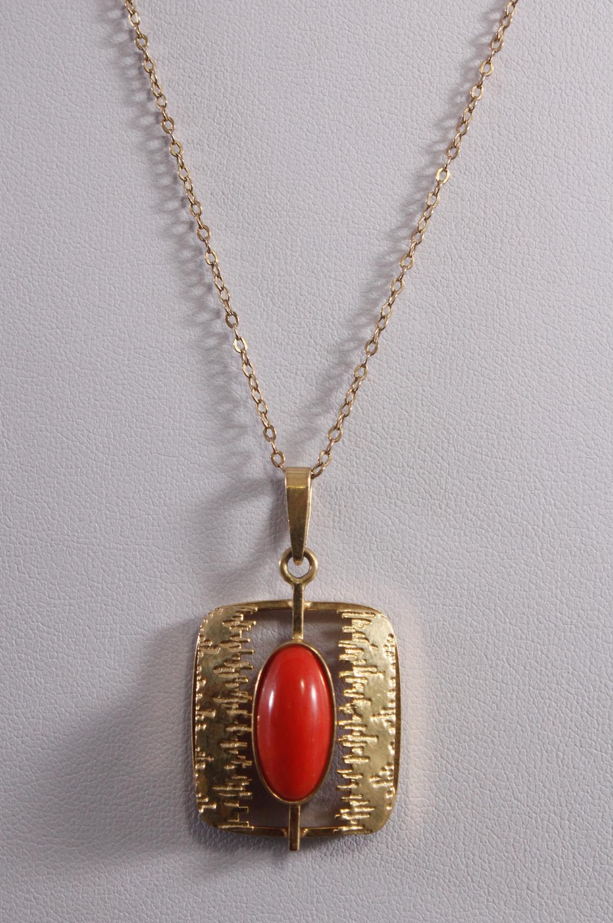 Halskette mit Anhänger und rotem Korallencabochon, 8 Karat Gelbgold-2