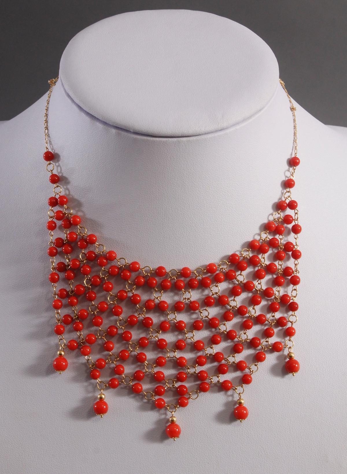 Collier mit roten Korallenkugeln aus 18 Karat Gelbgold