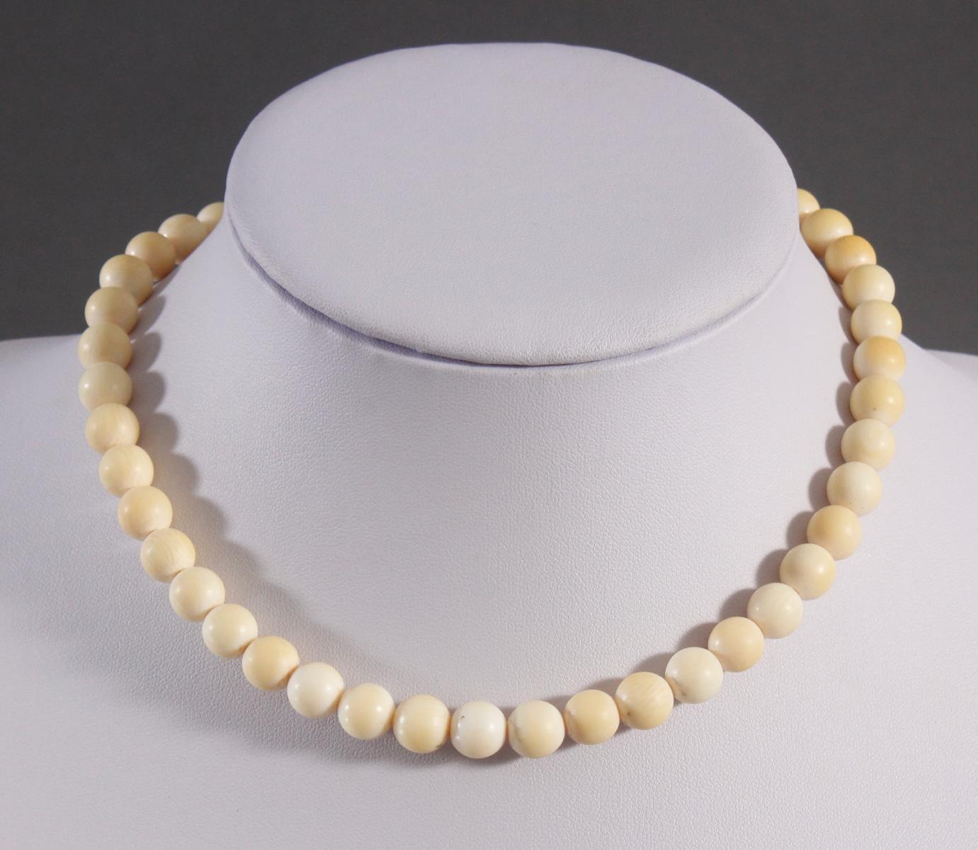 Halskette aus Elfenbeinkugeln