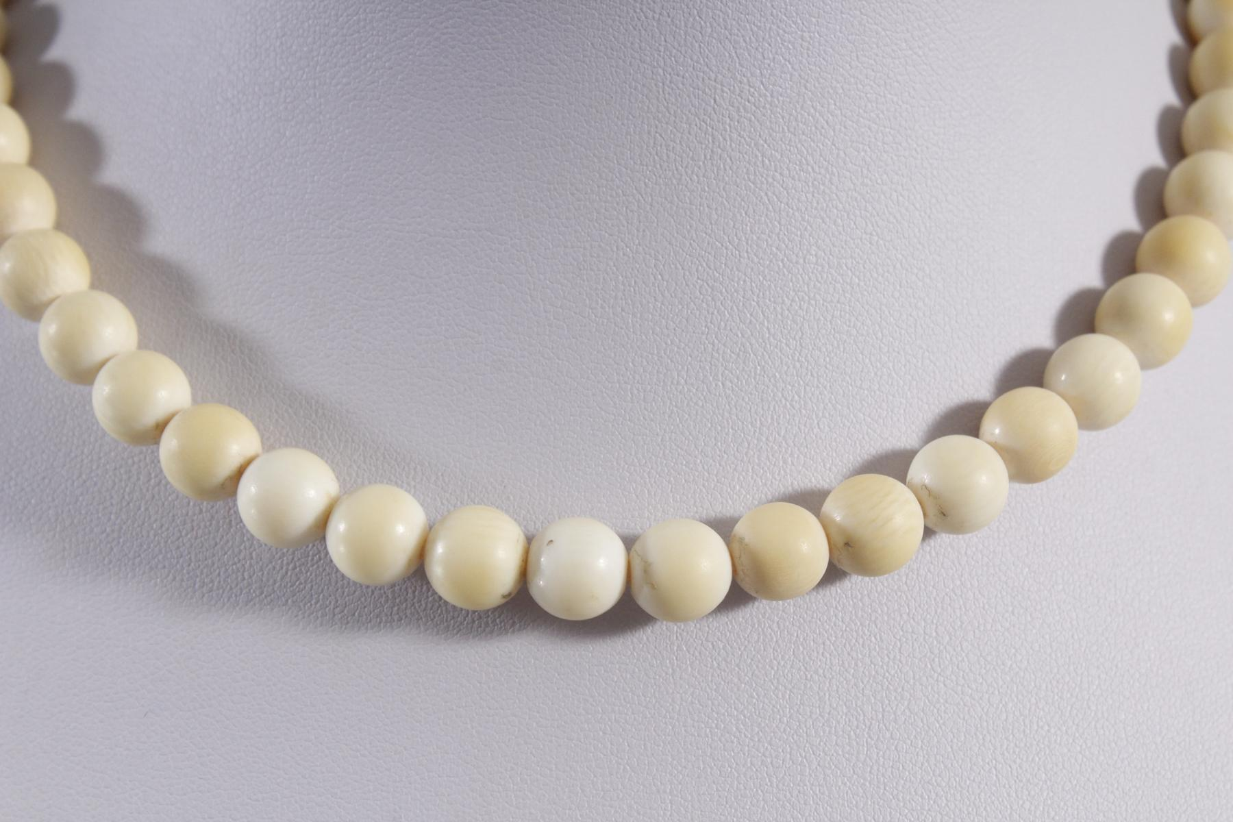 Halskette aus Elfenbeinkugeln-2