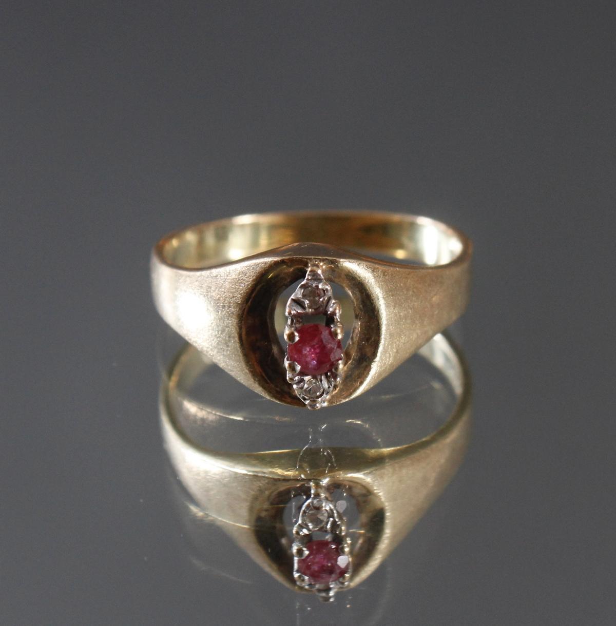 Damenring mit Rubin und 2 kleinen Diamanten, 8 Karat Gelbgold