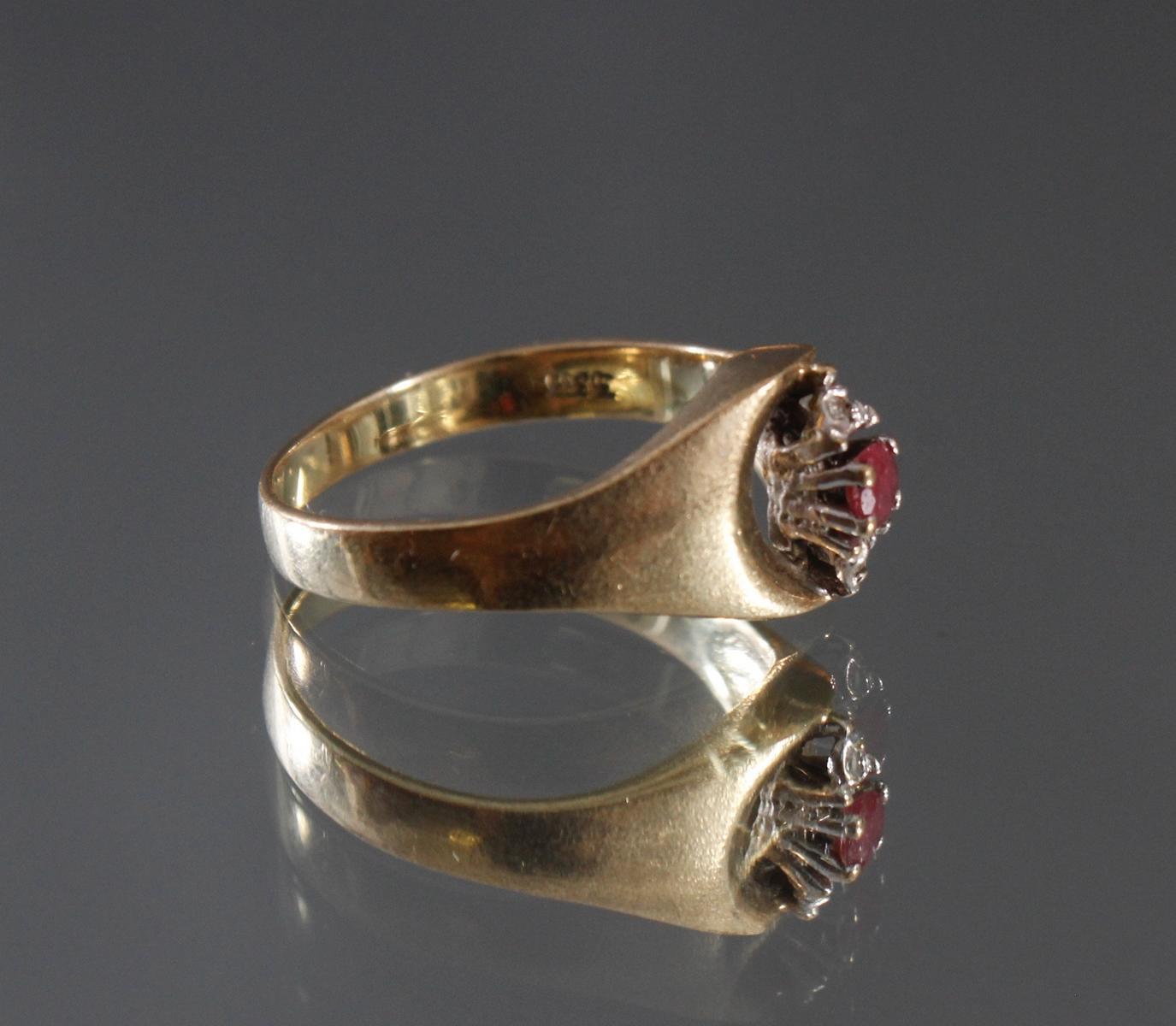 Damenring mit Rubin und 2 kleinen Diamanten, 8 Karat Gelbgold-2