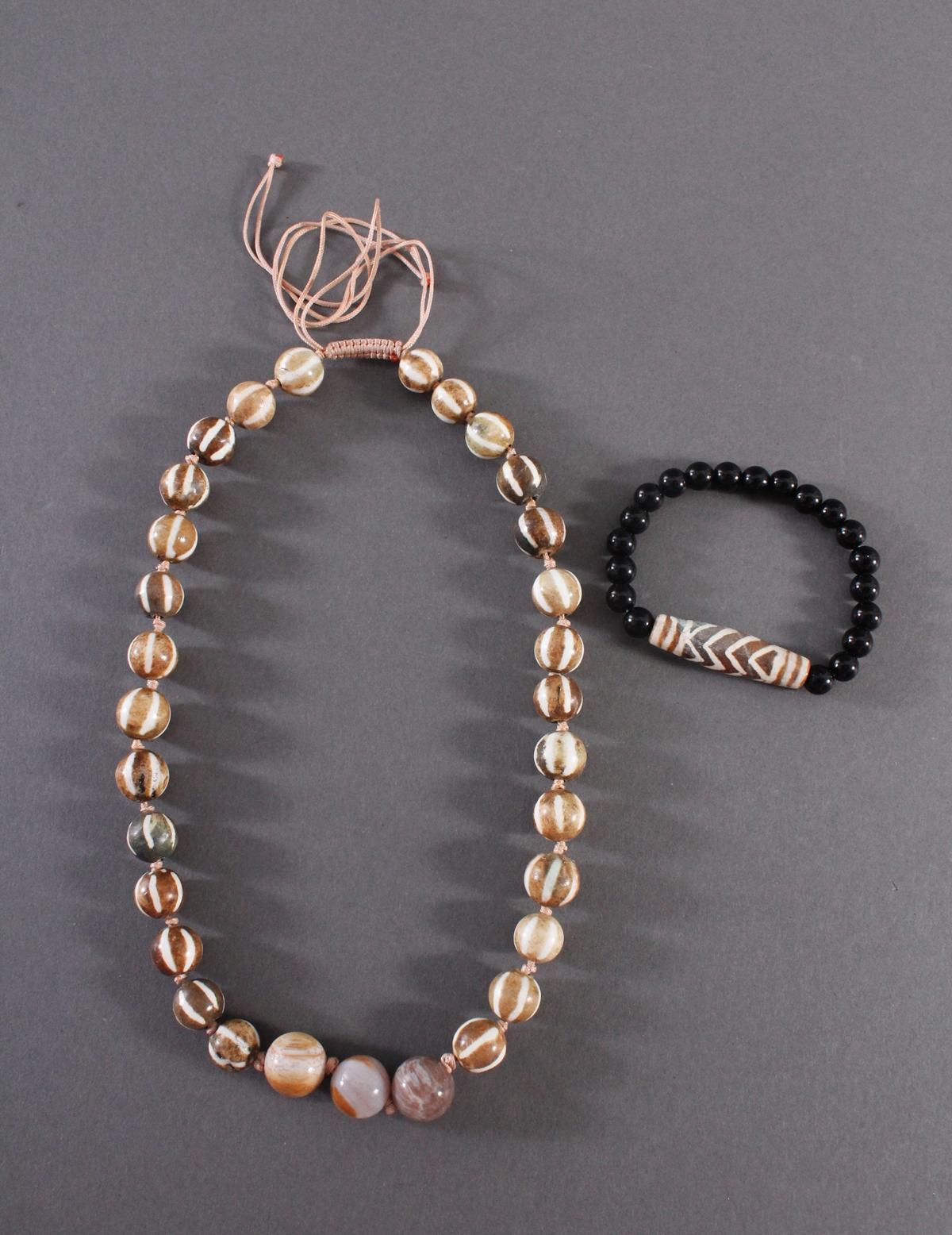 Tibet, Armband und Halskette mit Dzi-Perlen