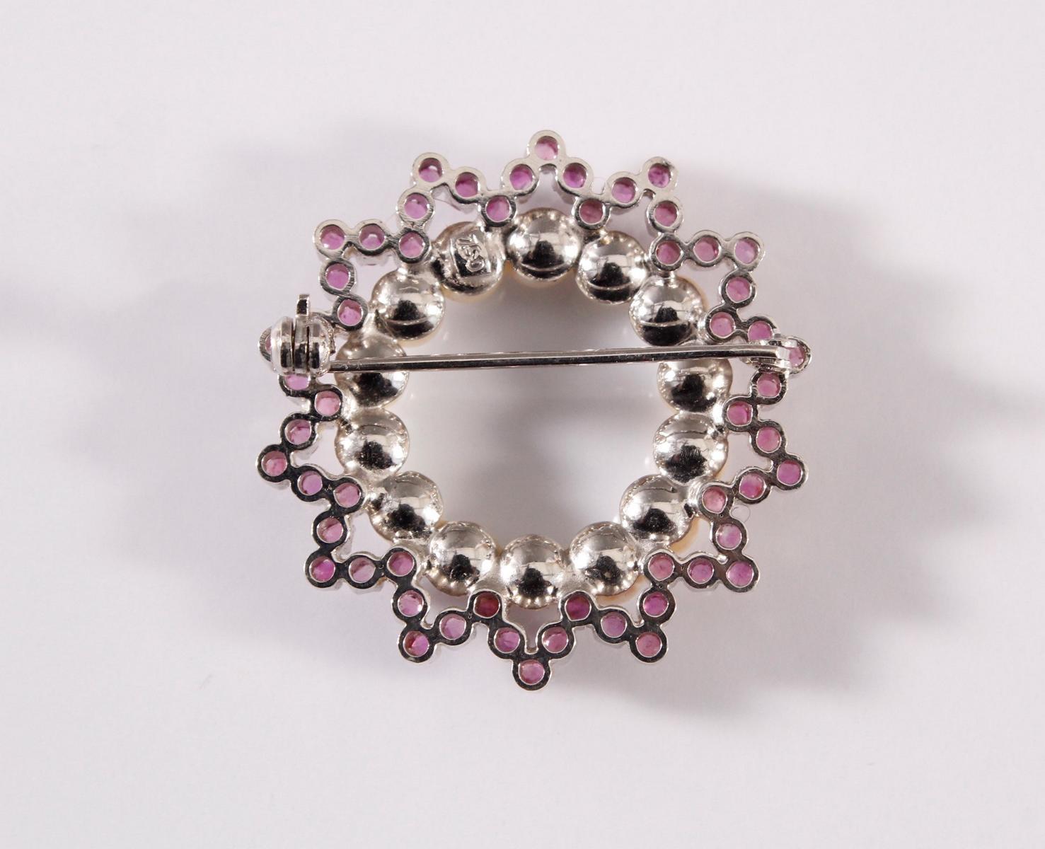Brosche mit Rubinen und Perlen, 18 kt Weißgold-2