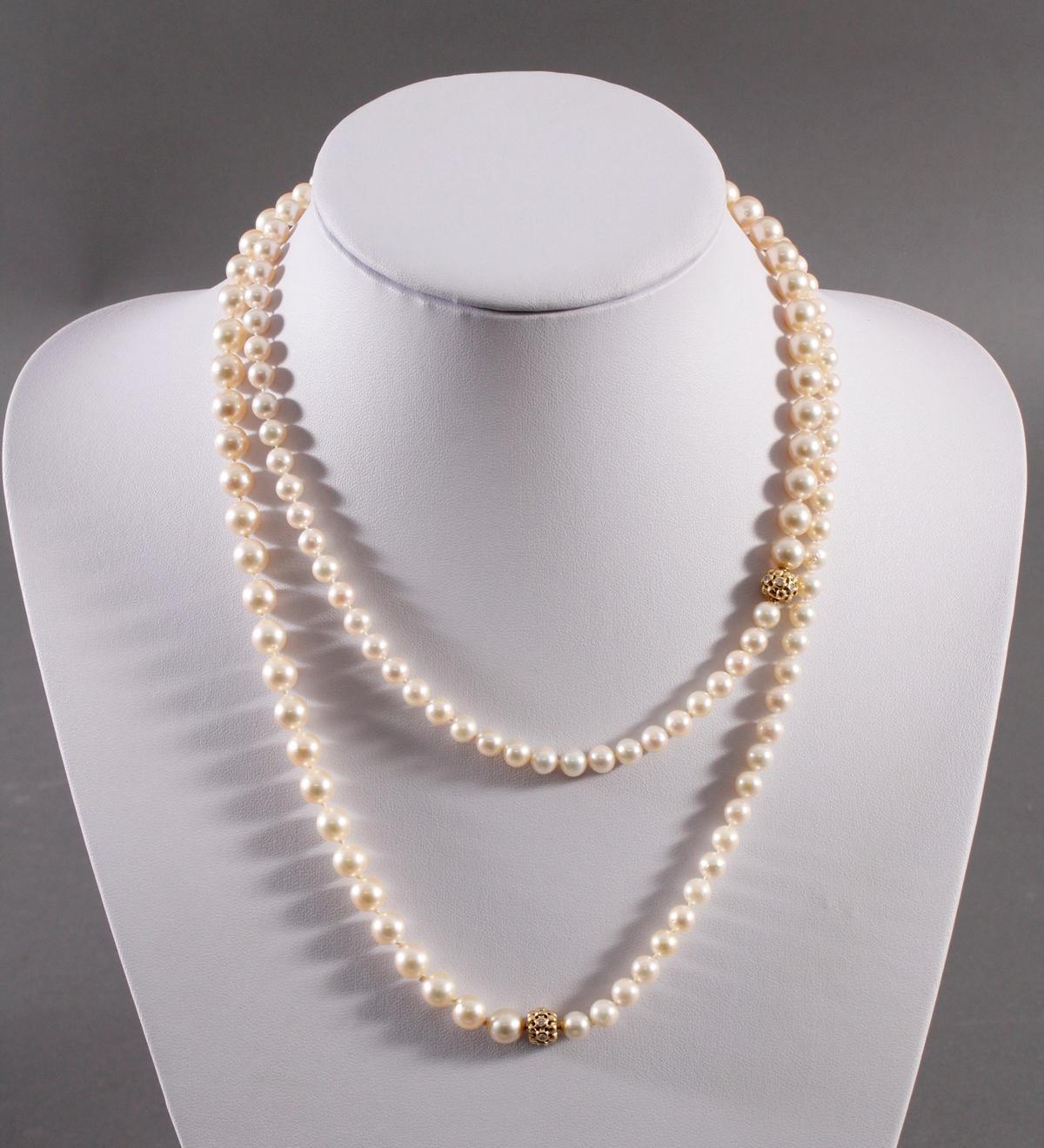 Halskette aus Perlen und Diamanten