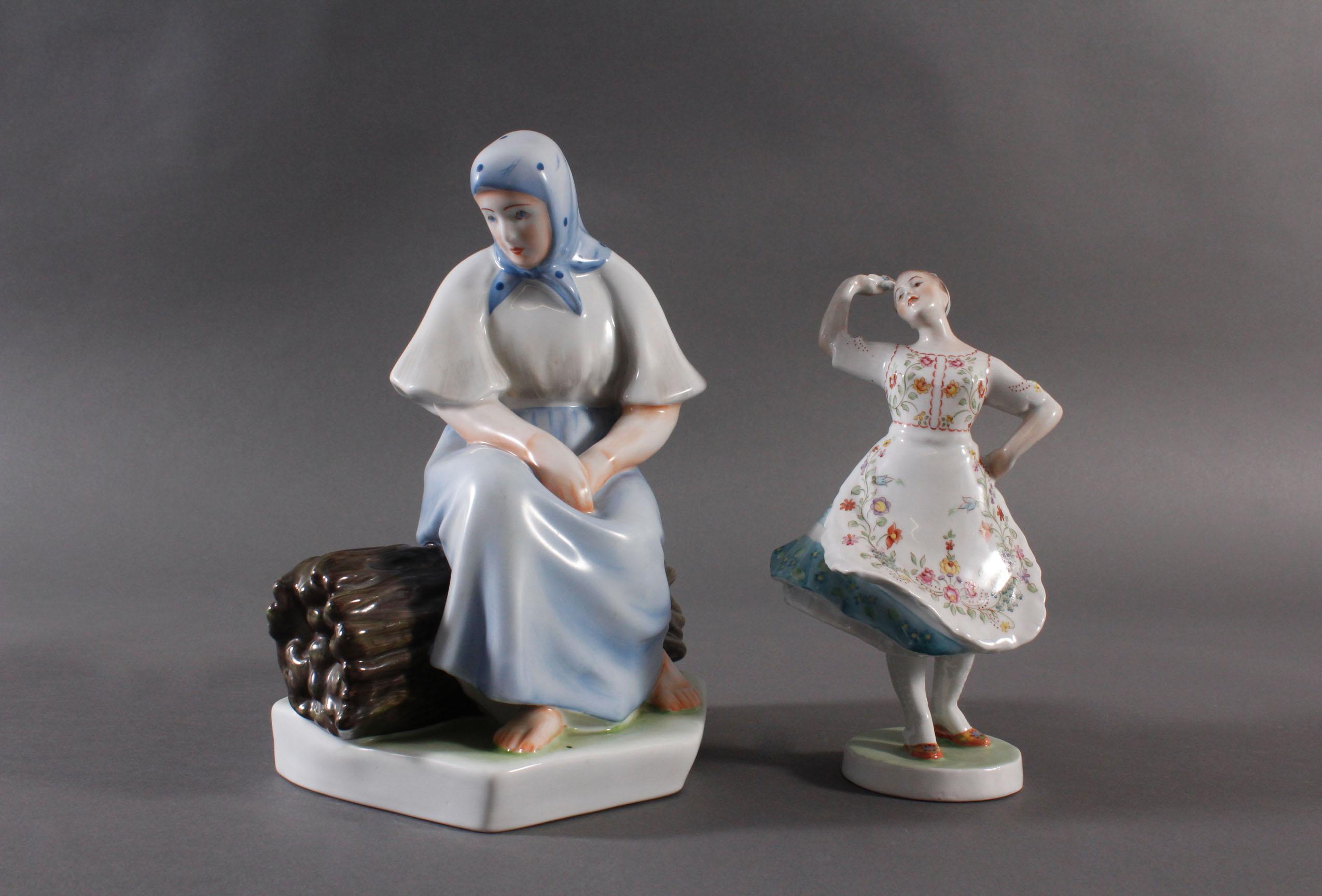 Porzellanfigur, Ungarn, 'Tänzerin in Trachten' und 'Bäuerin auf Reisigbündel sitzend'