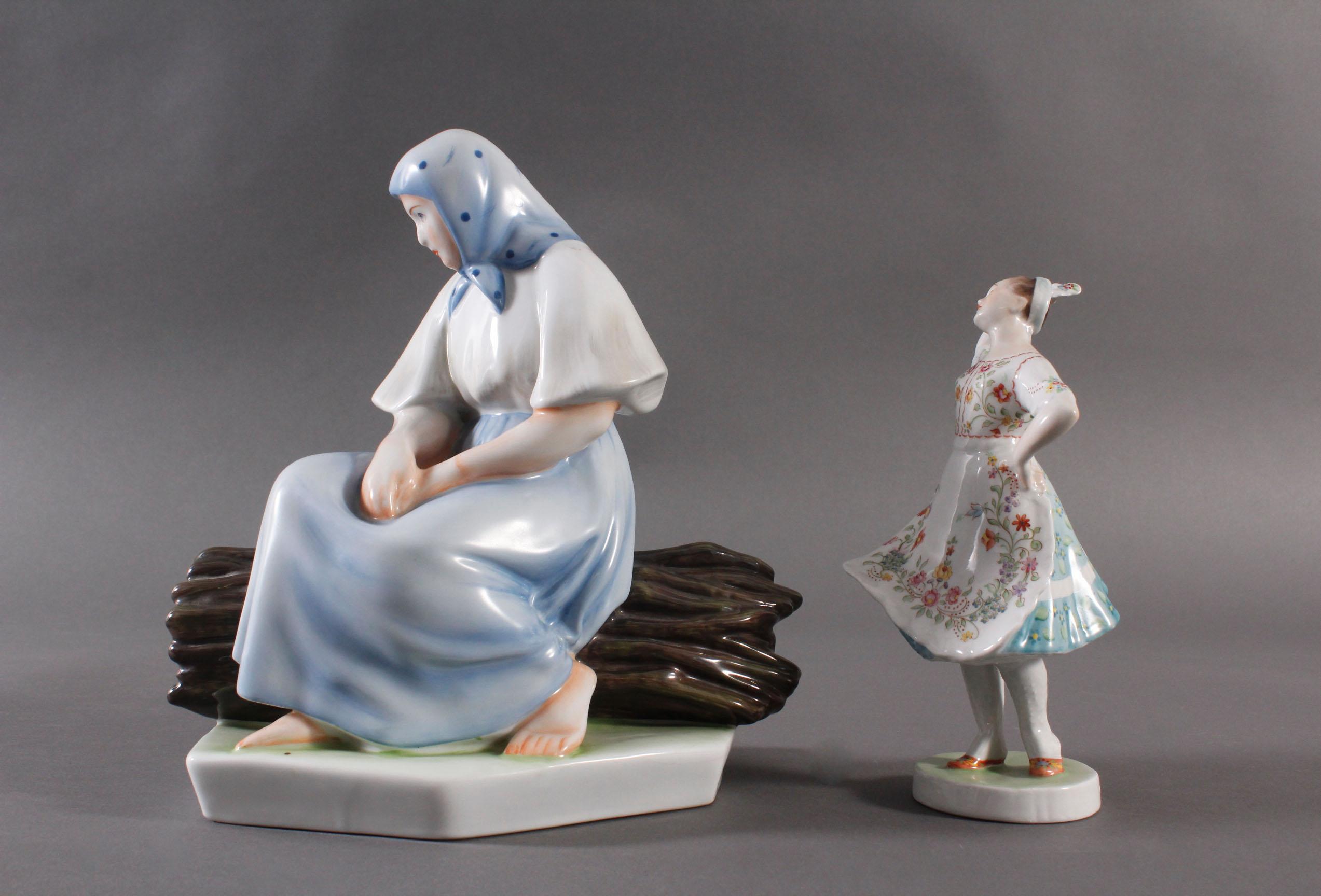 Porzellanfigur, Ungarn, 'Tänzerin in Trachten' und 'Bäuerin auf Reisigbündel sitzend'-2