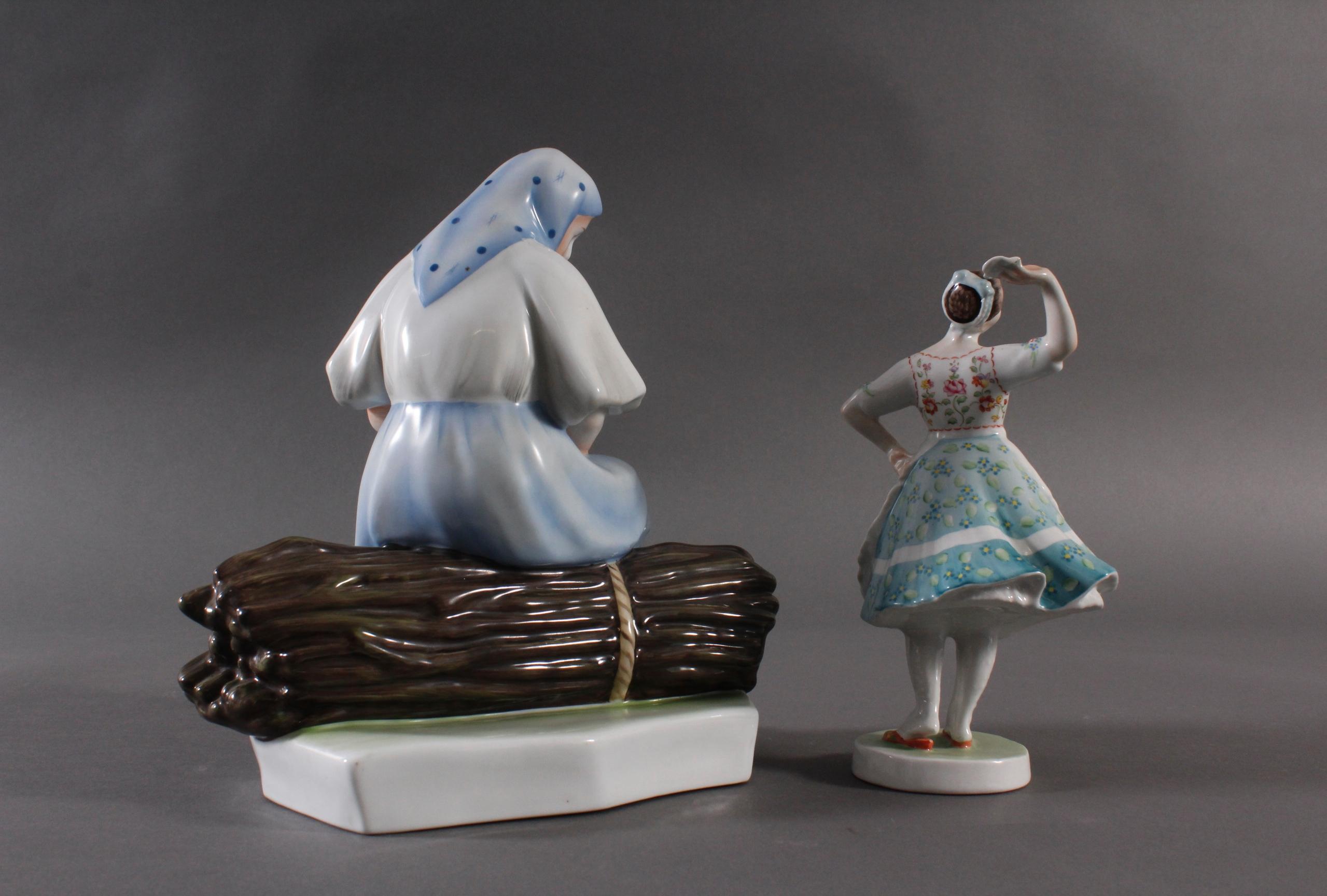 Porzellanfigur, Ungarn, 'Tänzerin in Trachten' und 'Bäuerin auf Reisigbündel sitzend'-3