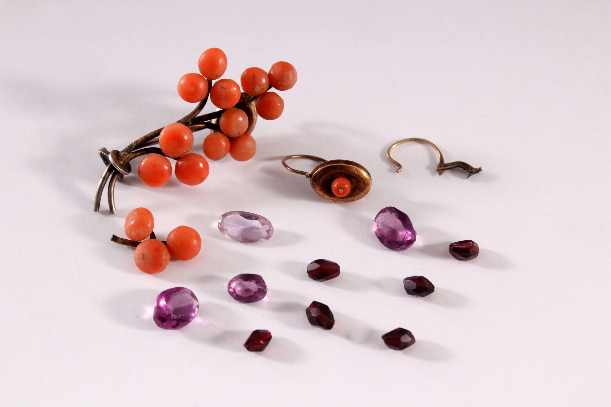 Brosche und Ohrringe mit roter Koralle und facettierte Amethyste