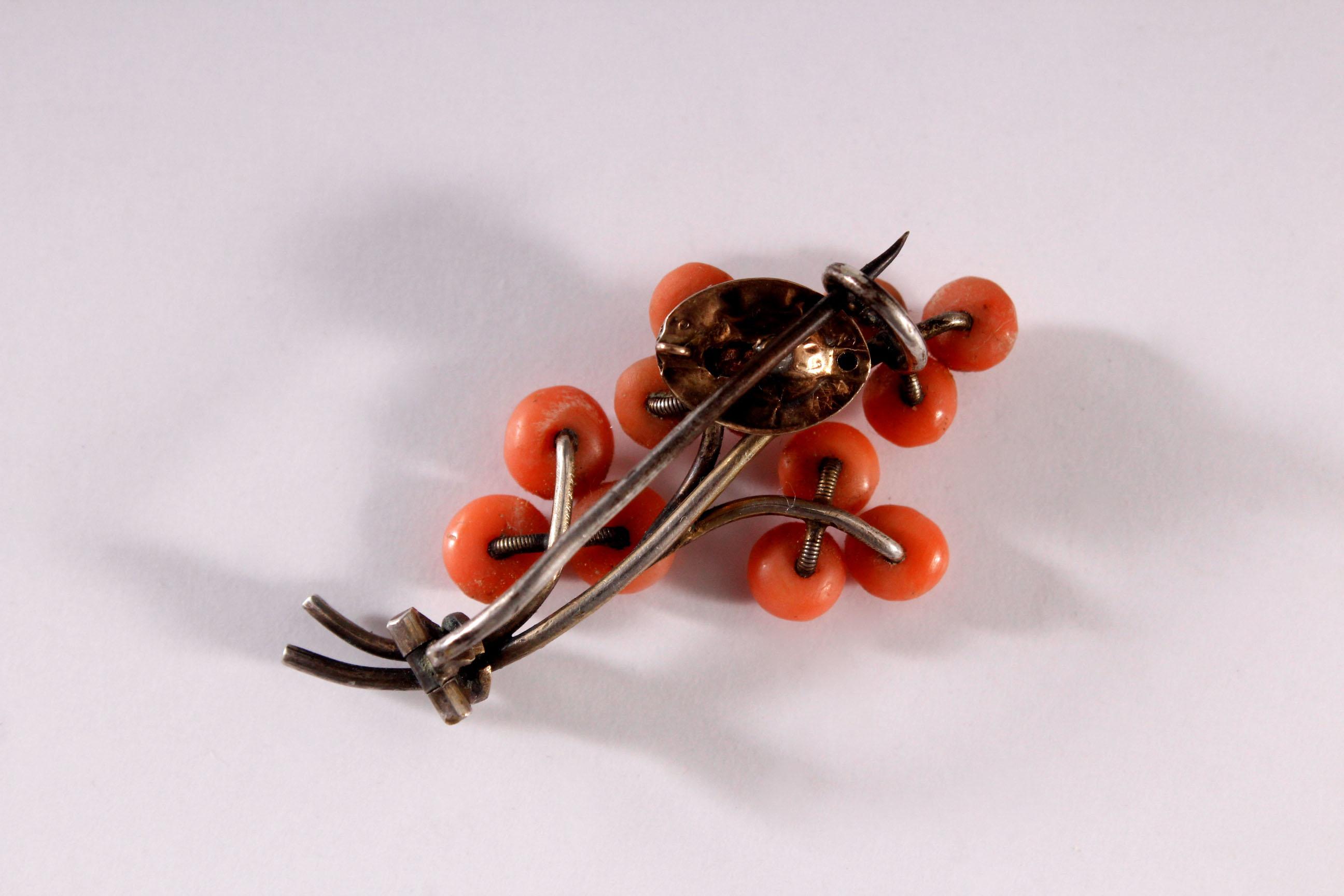 Brosche und Ohrringe mit roter Koralle und facettierte Amethyste-2