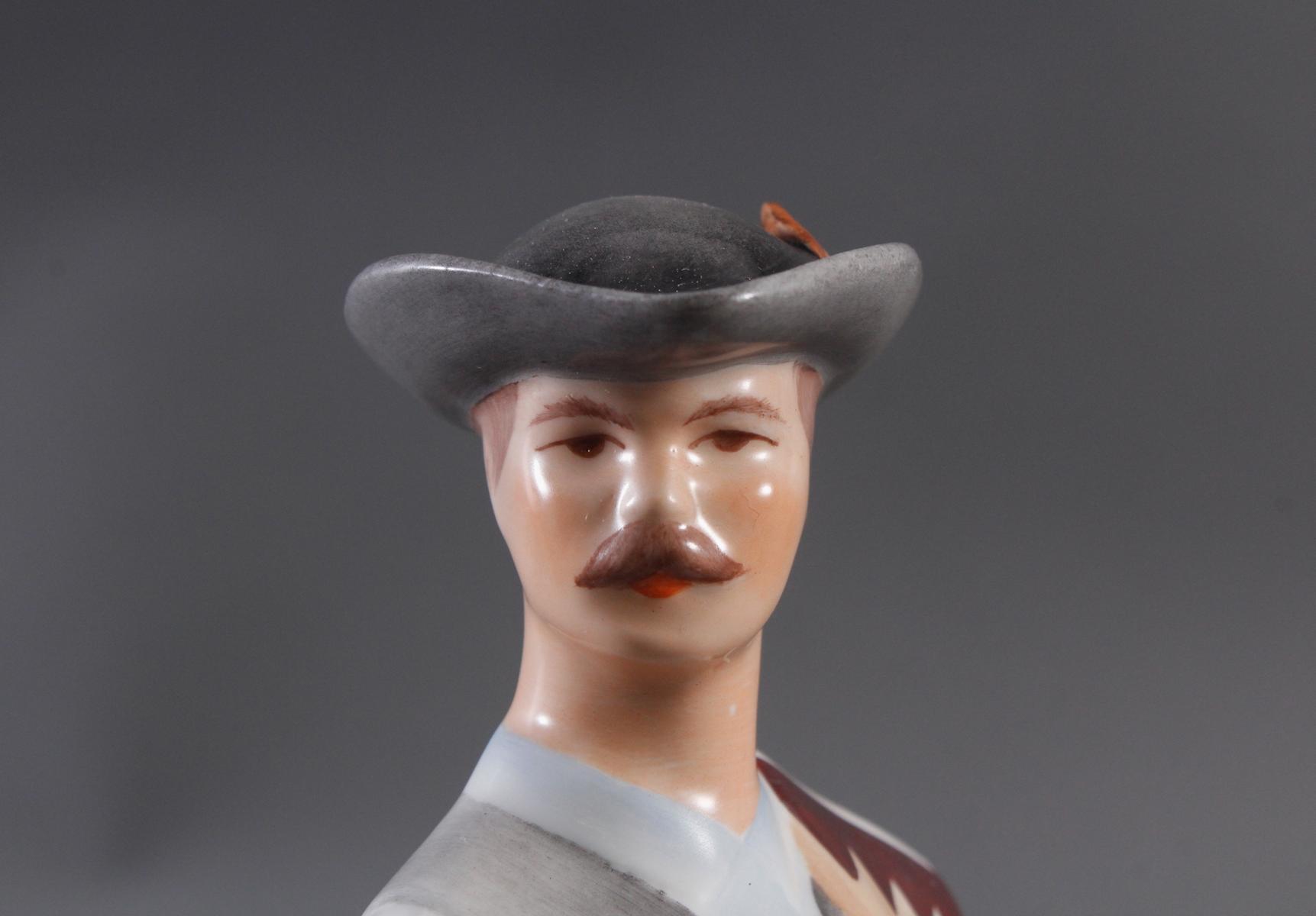 Porzellanfigur, Budapest Aquincum, 'Mann in Tracht'-5