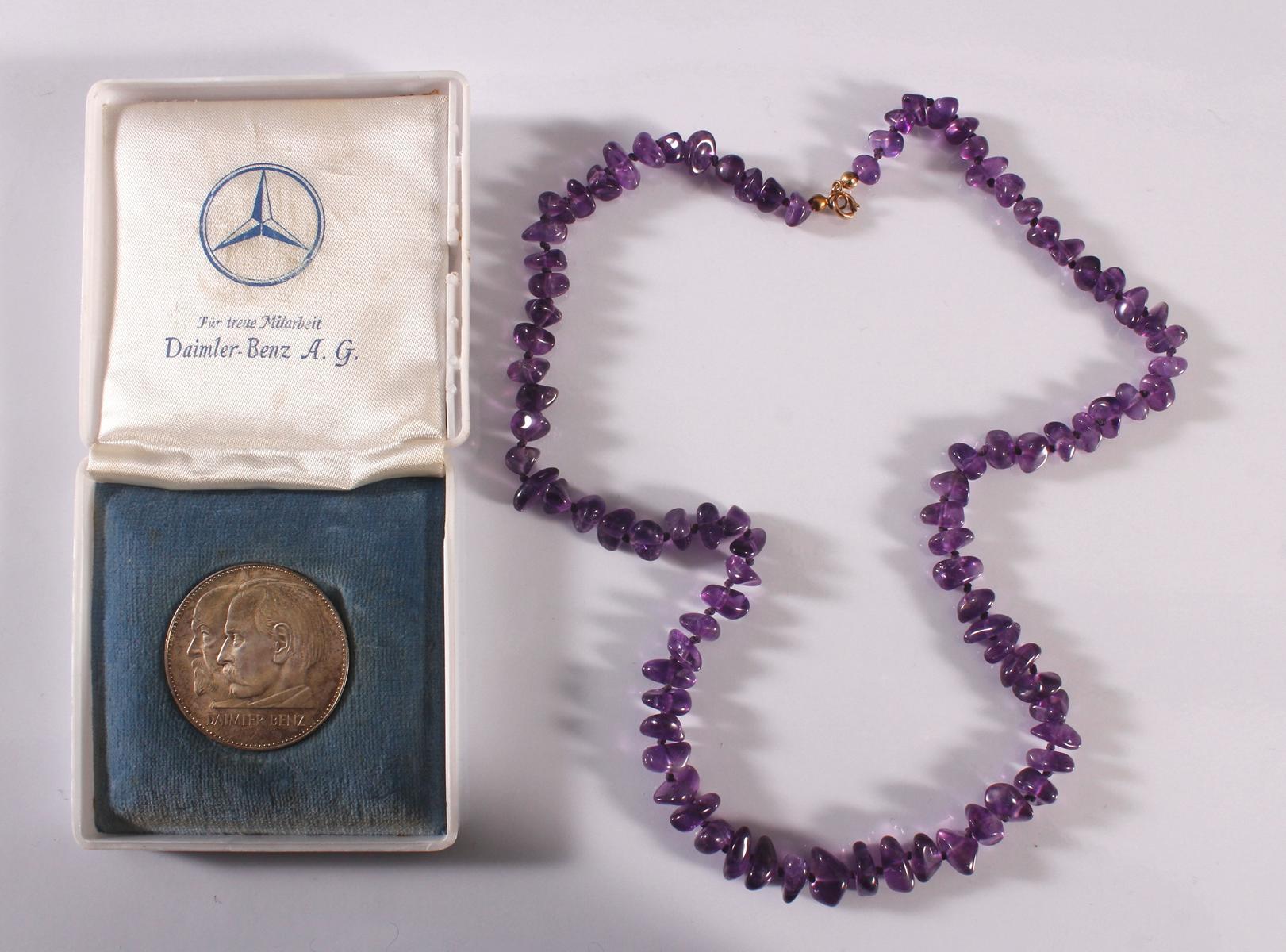 Halskette mit Silbermedaille