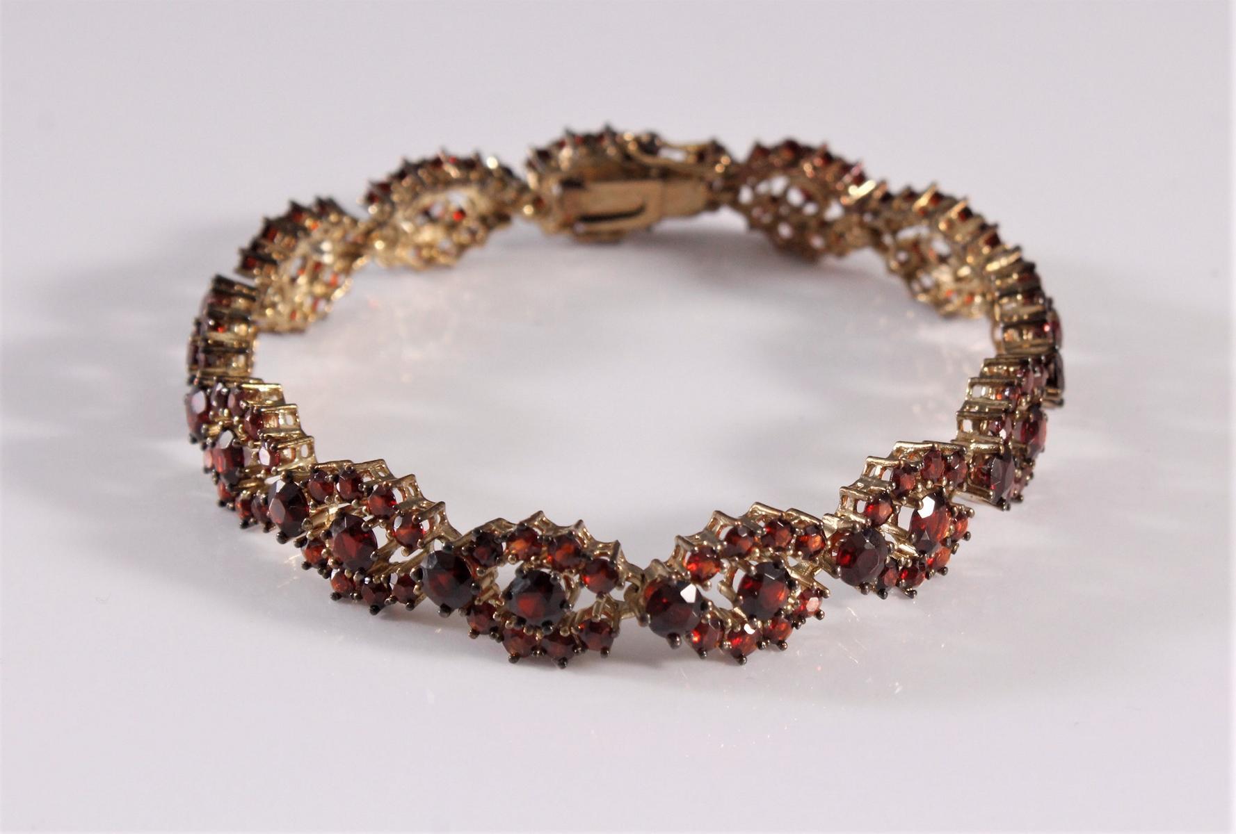 Damenarmband mit Granaten, Böhmen 1. Hälfte 20. Jh. 8 kt Gelbgold