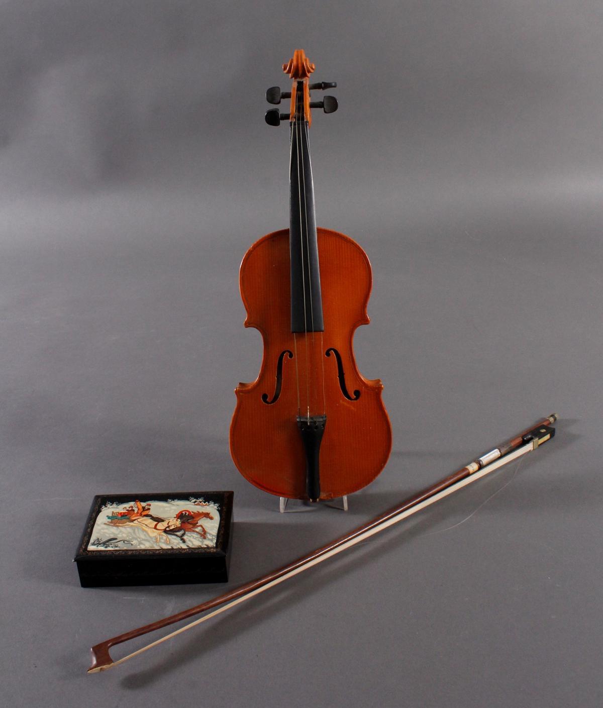 Deko-Geige und russischer Lackdose