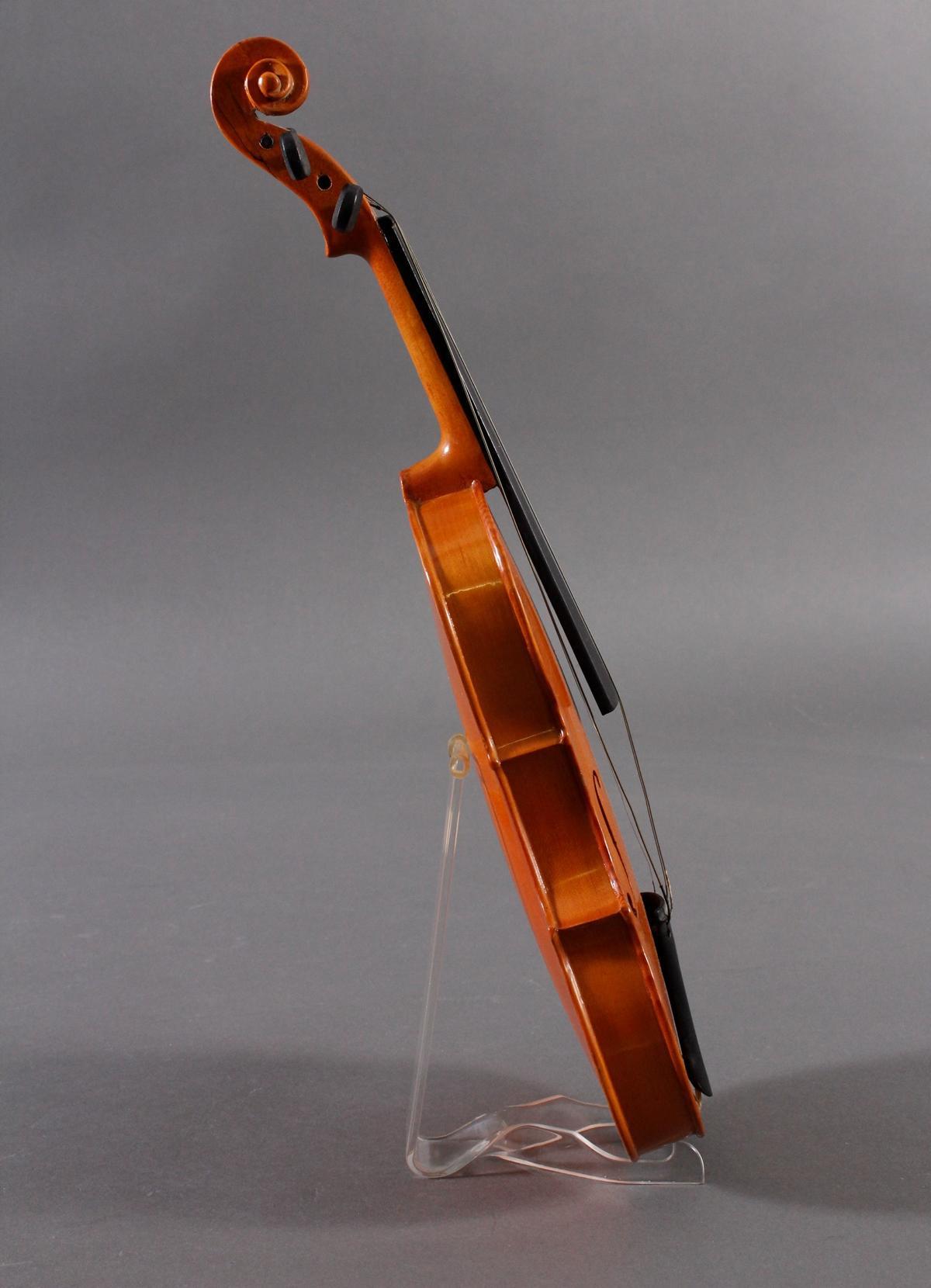 Deko-Geige und russischer Lackdose-4
