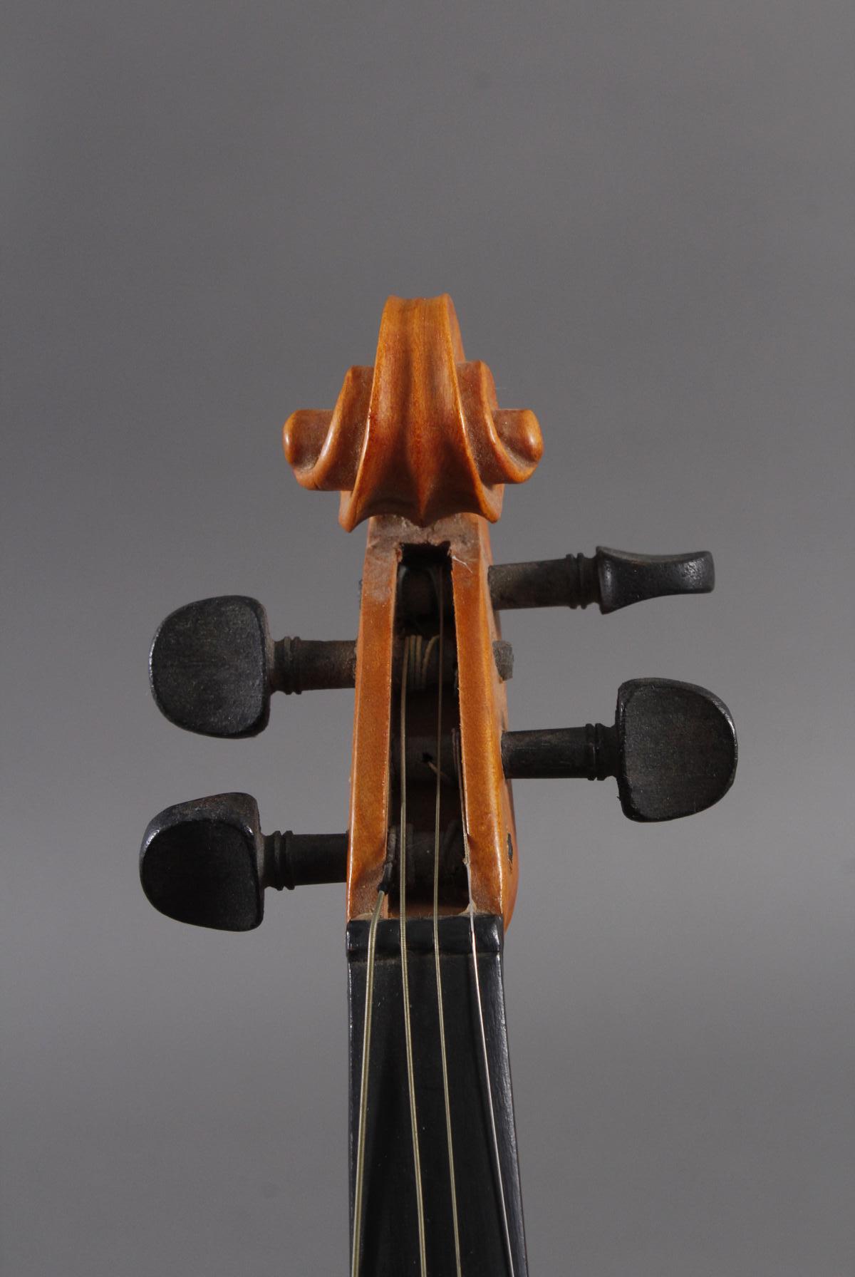 Deko-Geige und russischer Lackdose-6