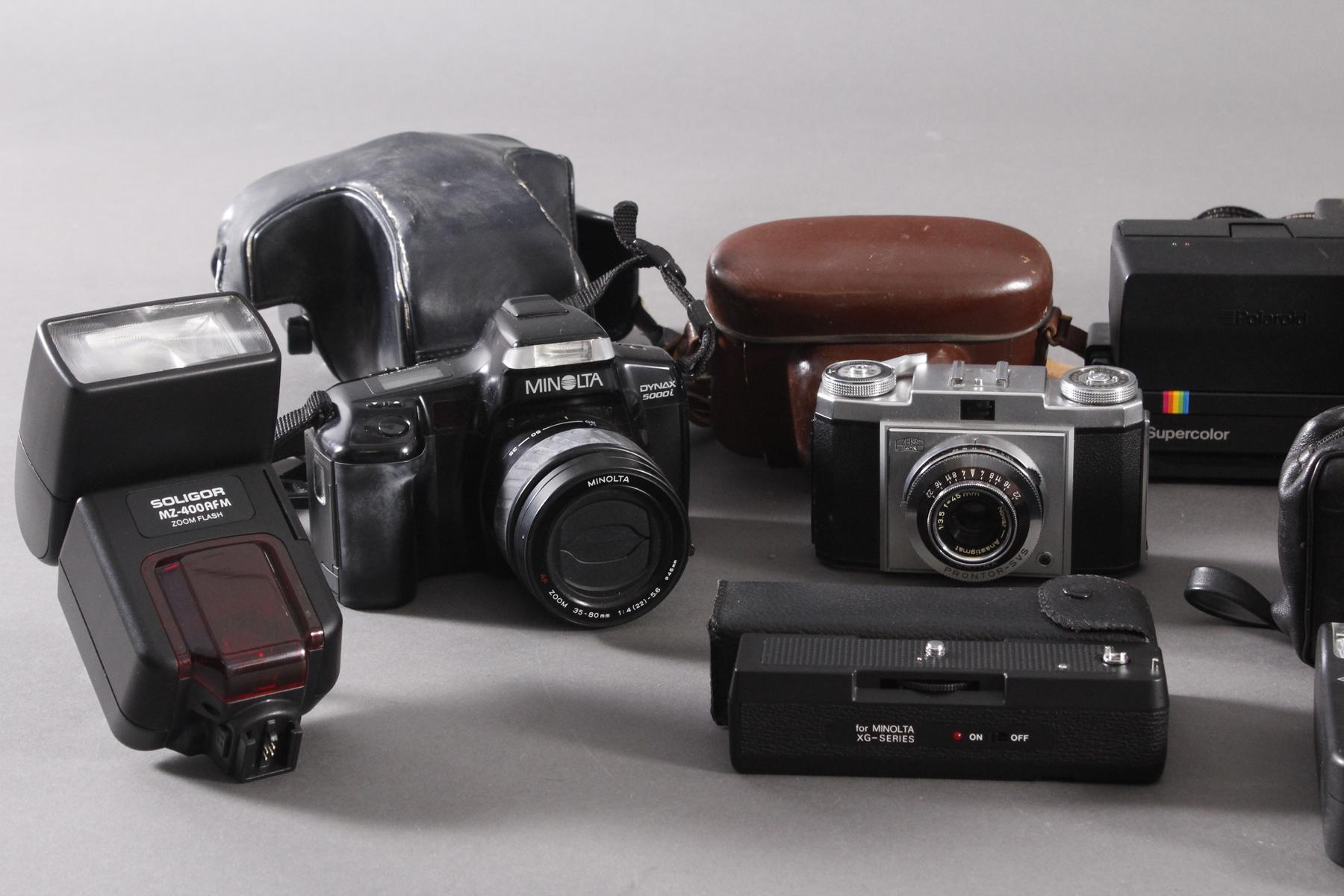 Fünf Fotoapparate und Zubehör-2