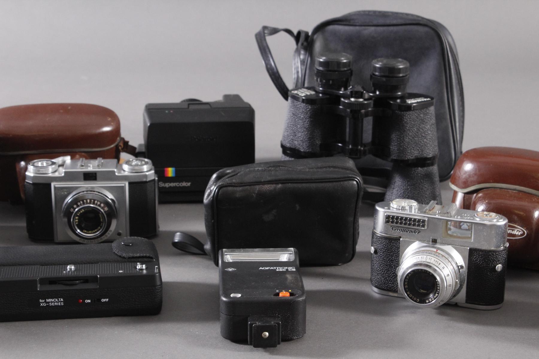 Fünf Fotoapparate und Zubehör-3
