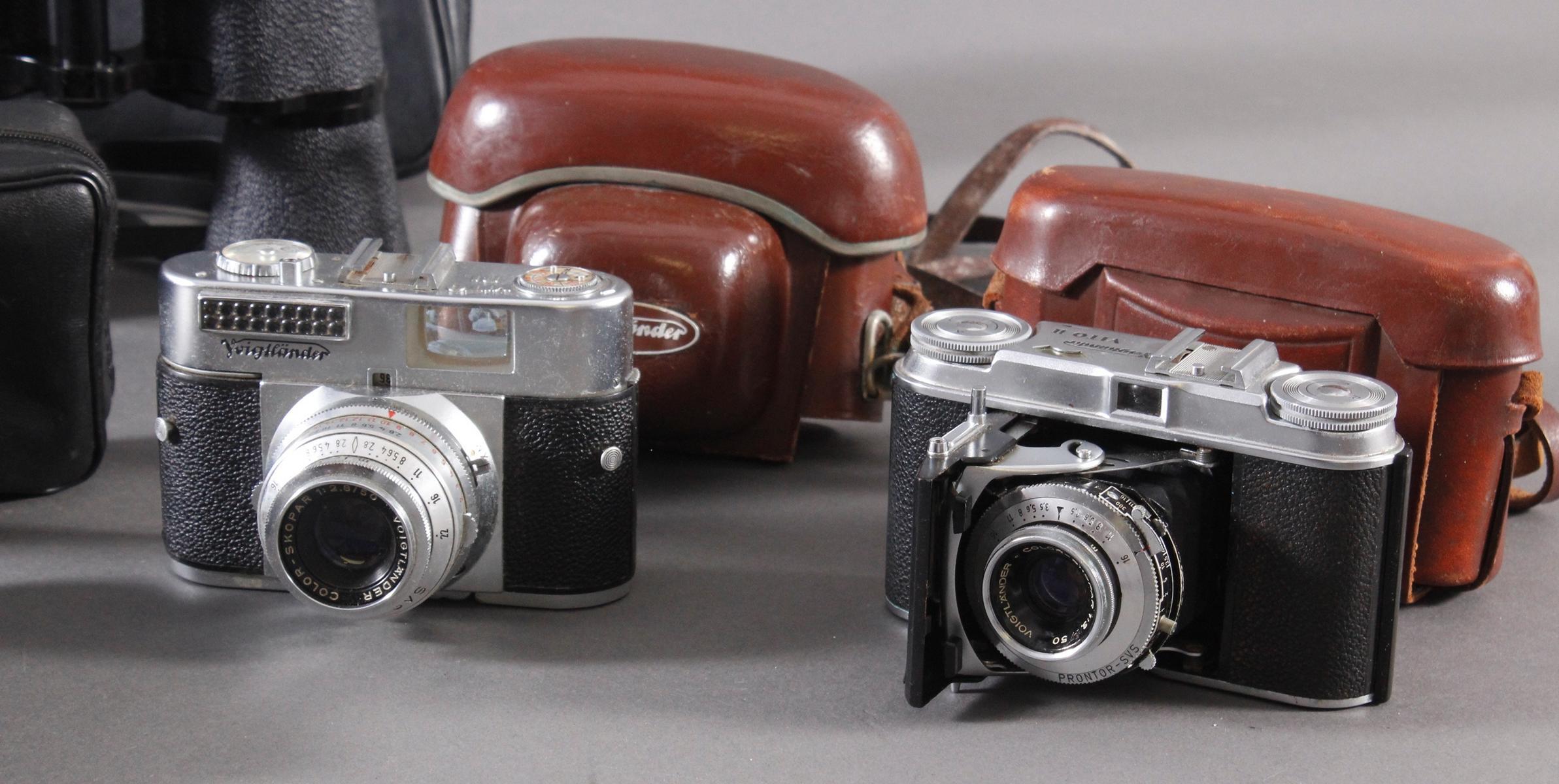 Fünf Fotoapparate und Zubehör-4