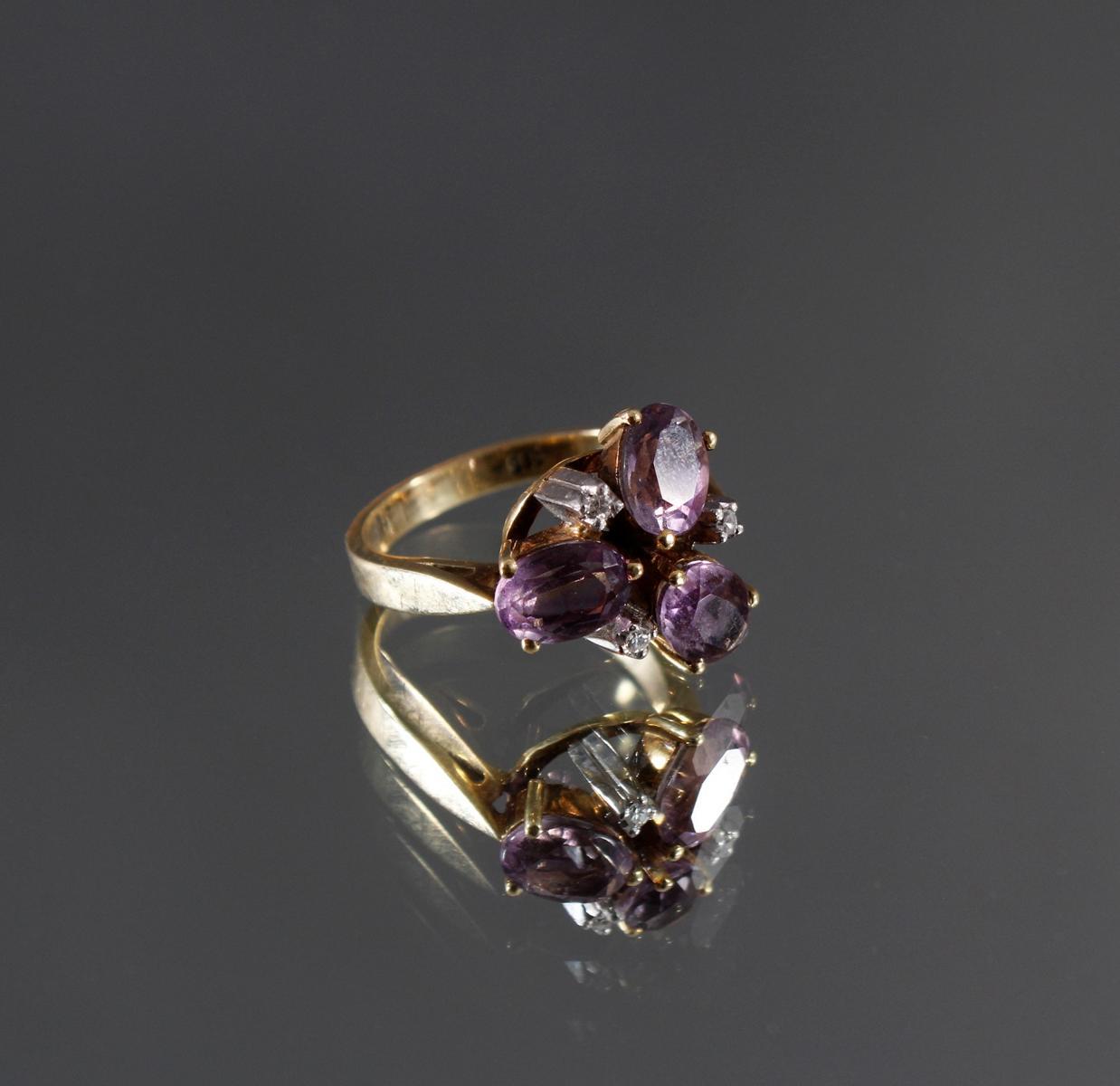 Damenring mit 3 kleinen Diamanten und 3 facettierten Amethysten, 14 kt Gelbgold
