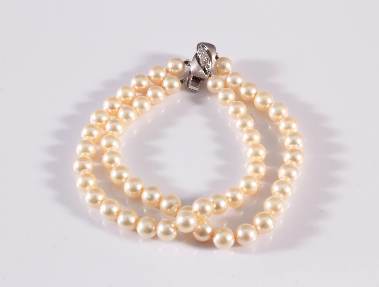 Perlenarmband mit 14 kt Weißgoldschließe und Diamanten