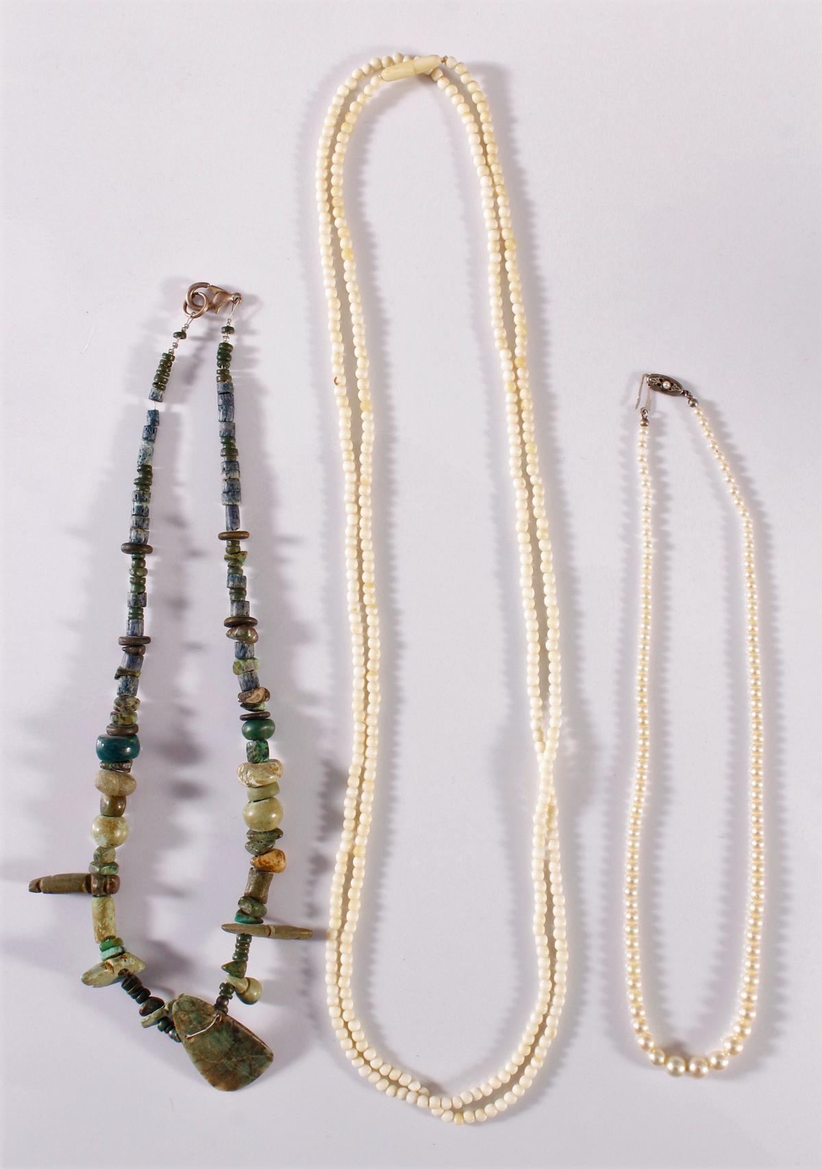 3 Halsketten aus Elfenbein, Perlen und Edelsteinen.